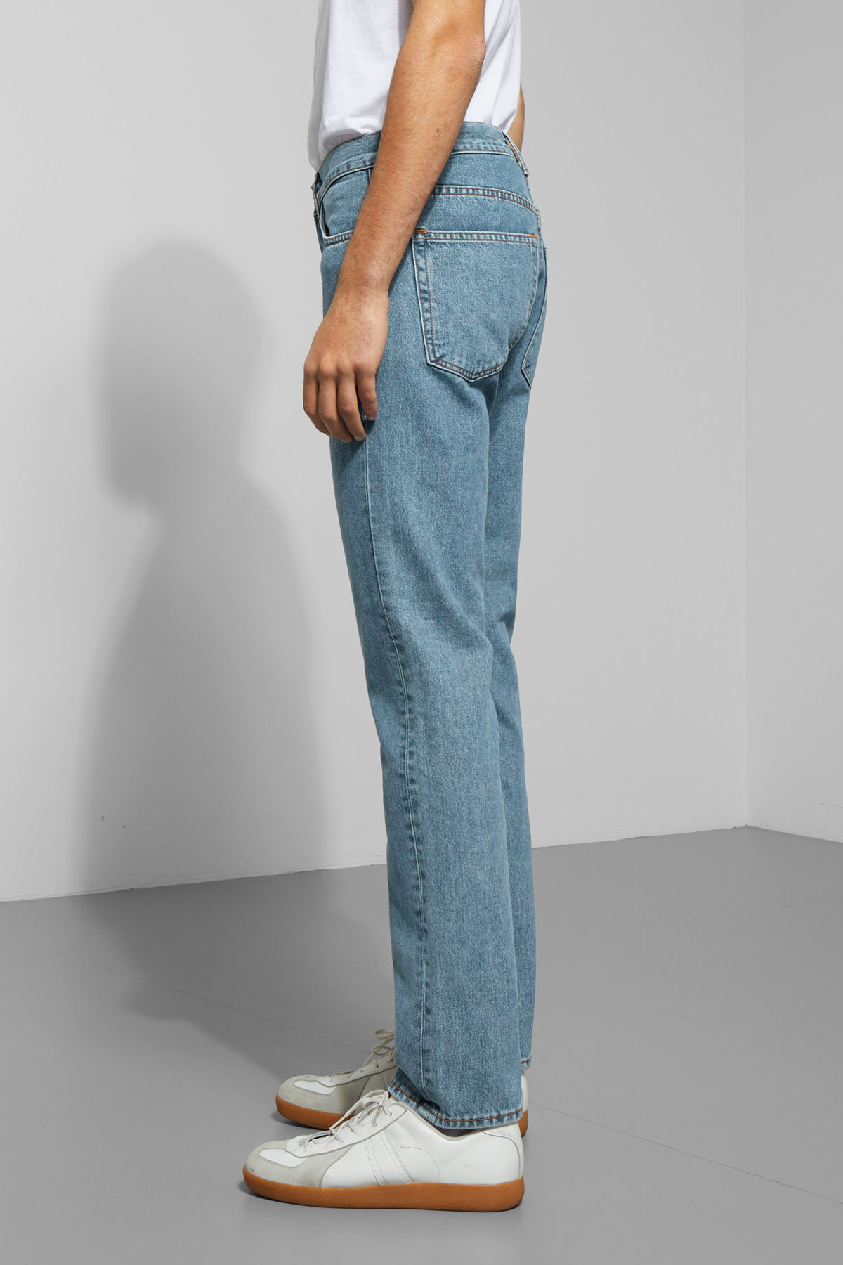 Model side image of Weekday vacant arizon blue jeans in blue
