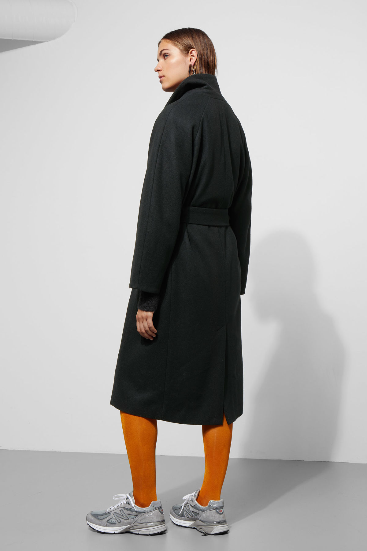 Model back image of Weekday vivi coat in black