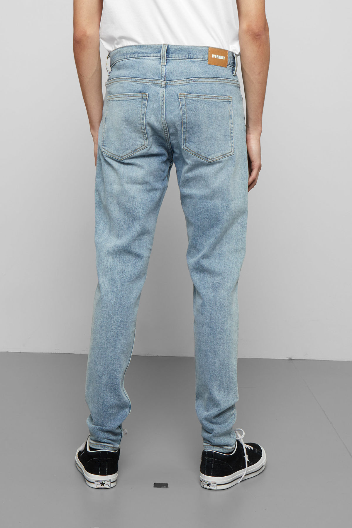 Model back image of Weekday cone bleecker blue jeans in blue