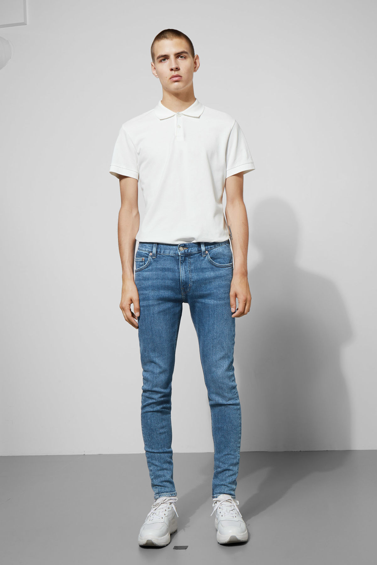 Model front image of Weekday form bleecker mid jeans in blue