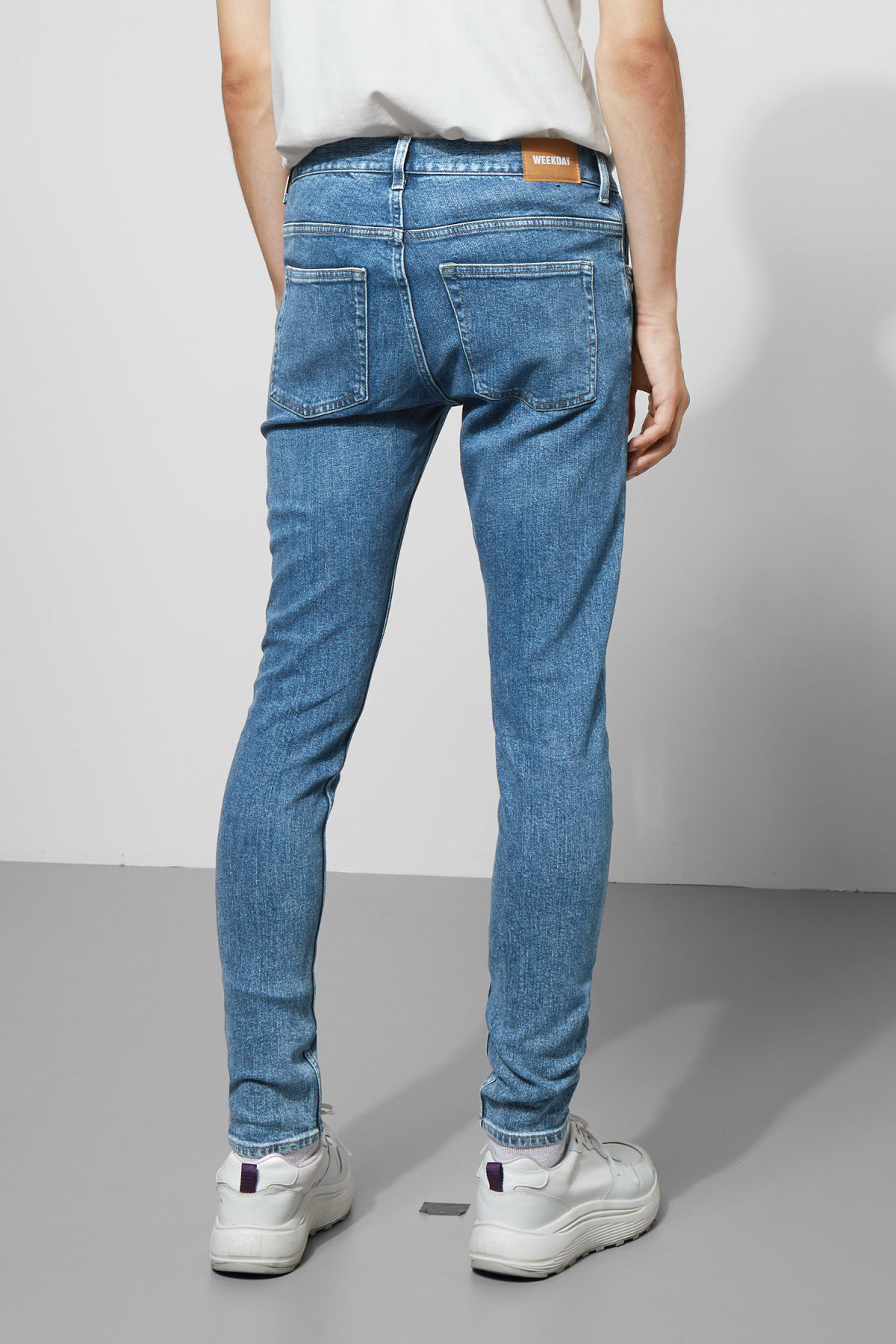 Model back image of Weekday form bleecker mid jeans in blue