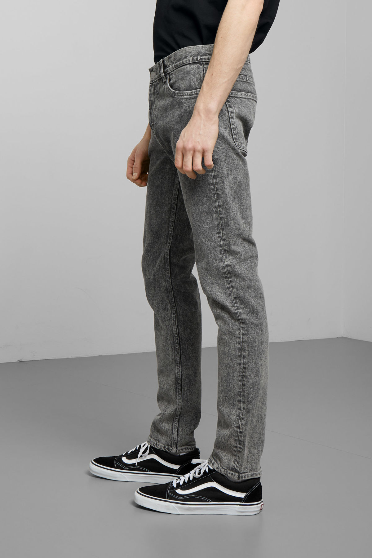 Model side image of Weekday friday joey grey jeans in grey