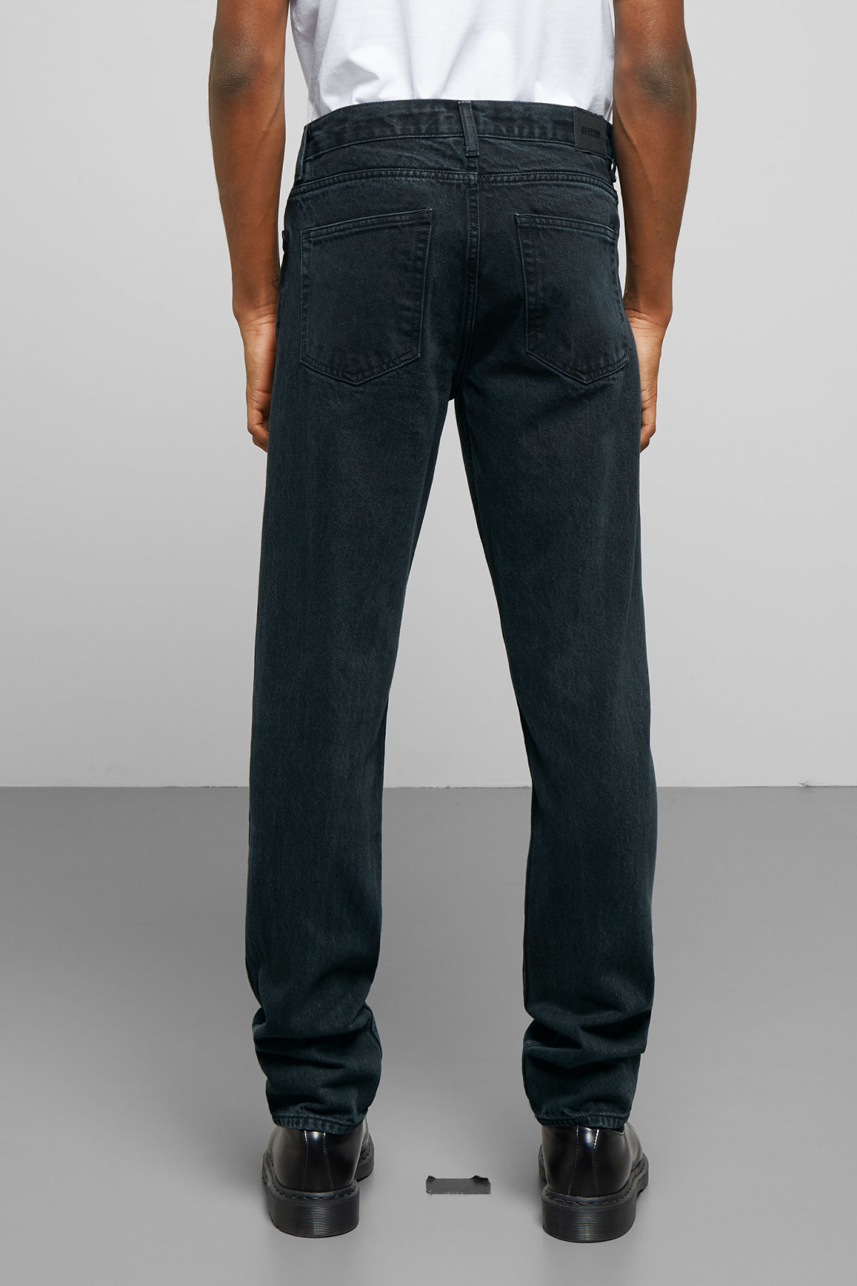 Model side image of Weekday sunday midnight blue jeans in blue