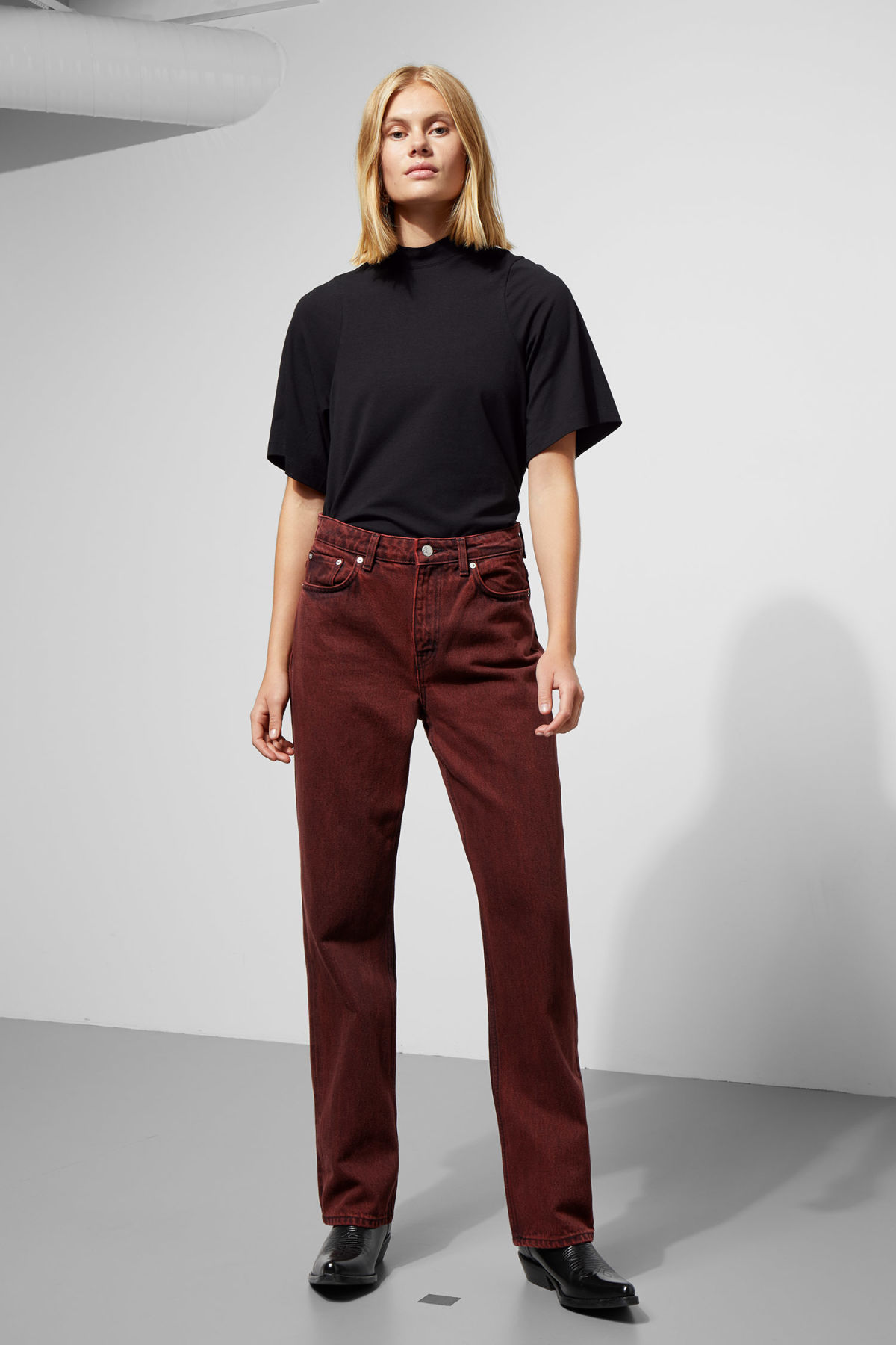 Model front image of Weekday voyage rosewood jeans in red