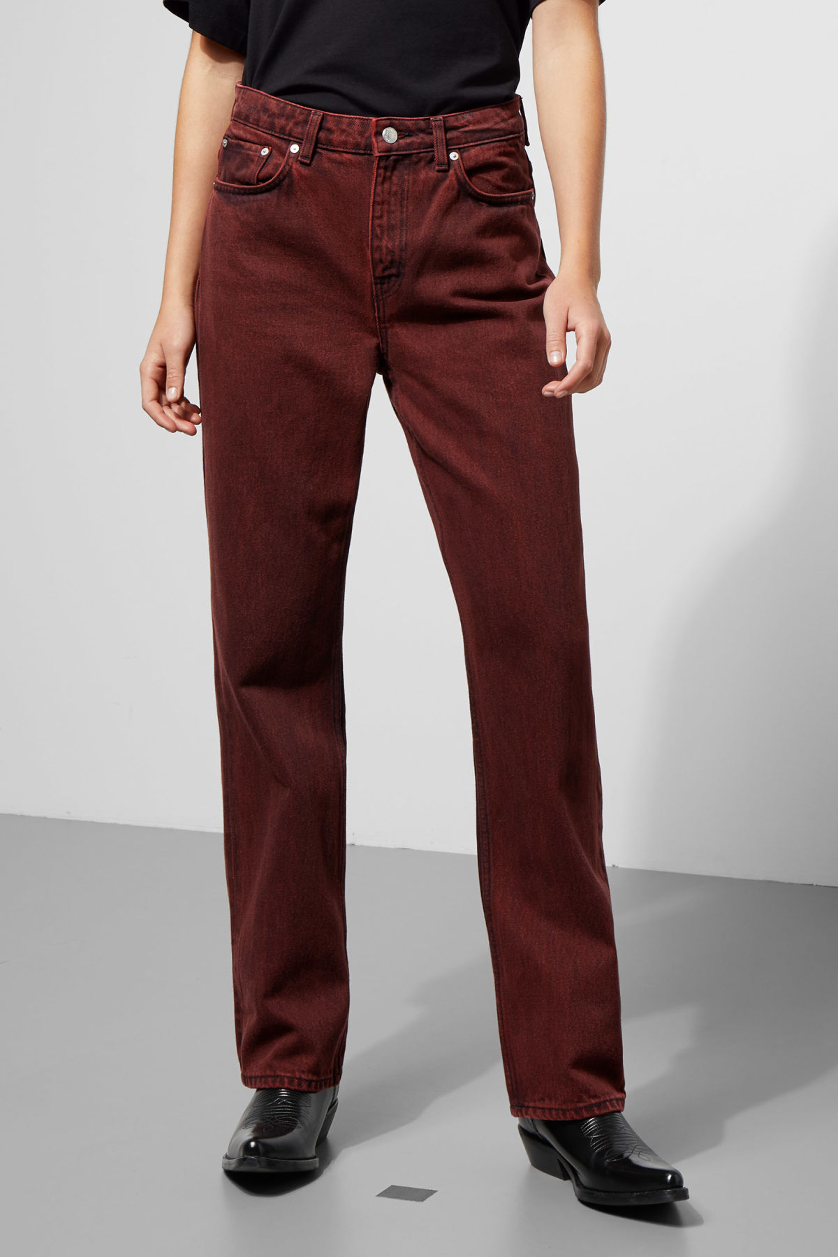 Model side image of Weekday voyage rosewood jeans in red