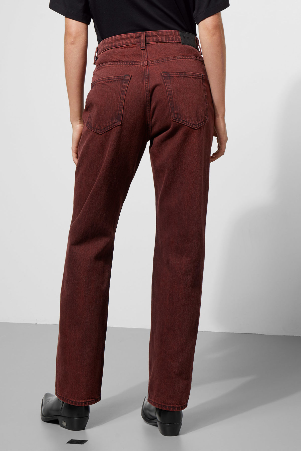 Model back image of Weekday voyage rosewood jeans in red