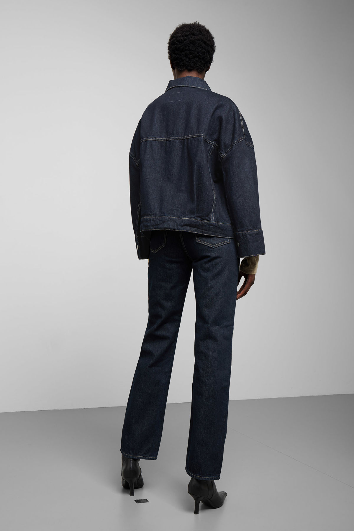 Model back image of Weekday tempera rinsed denim jacket in blue