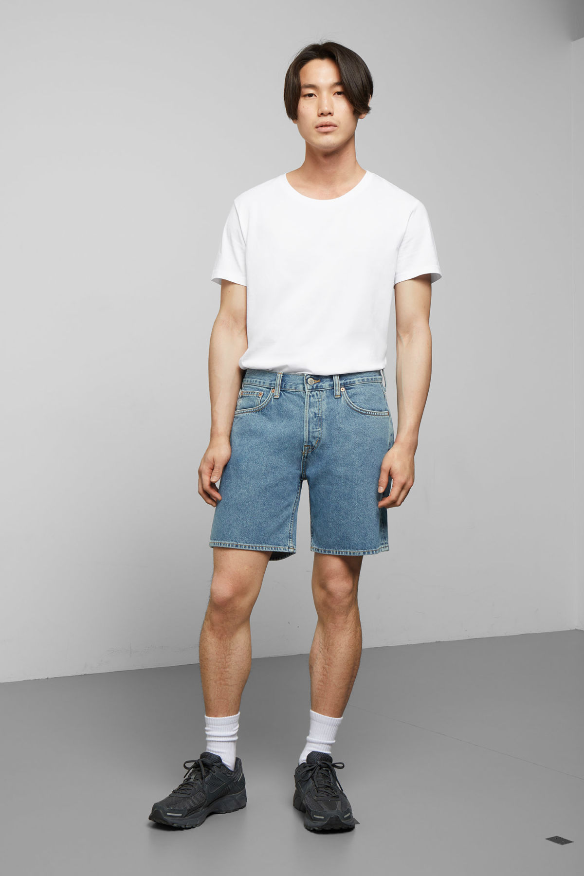 Model front image of Weekday vacant arizona blue shorts  in blue