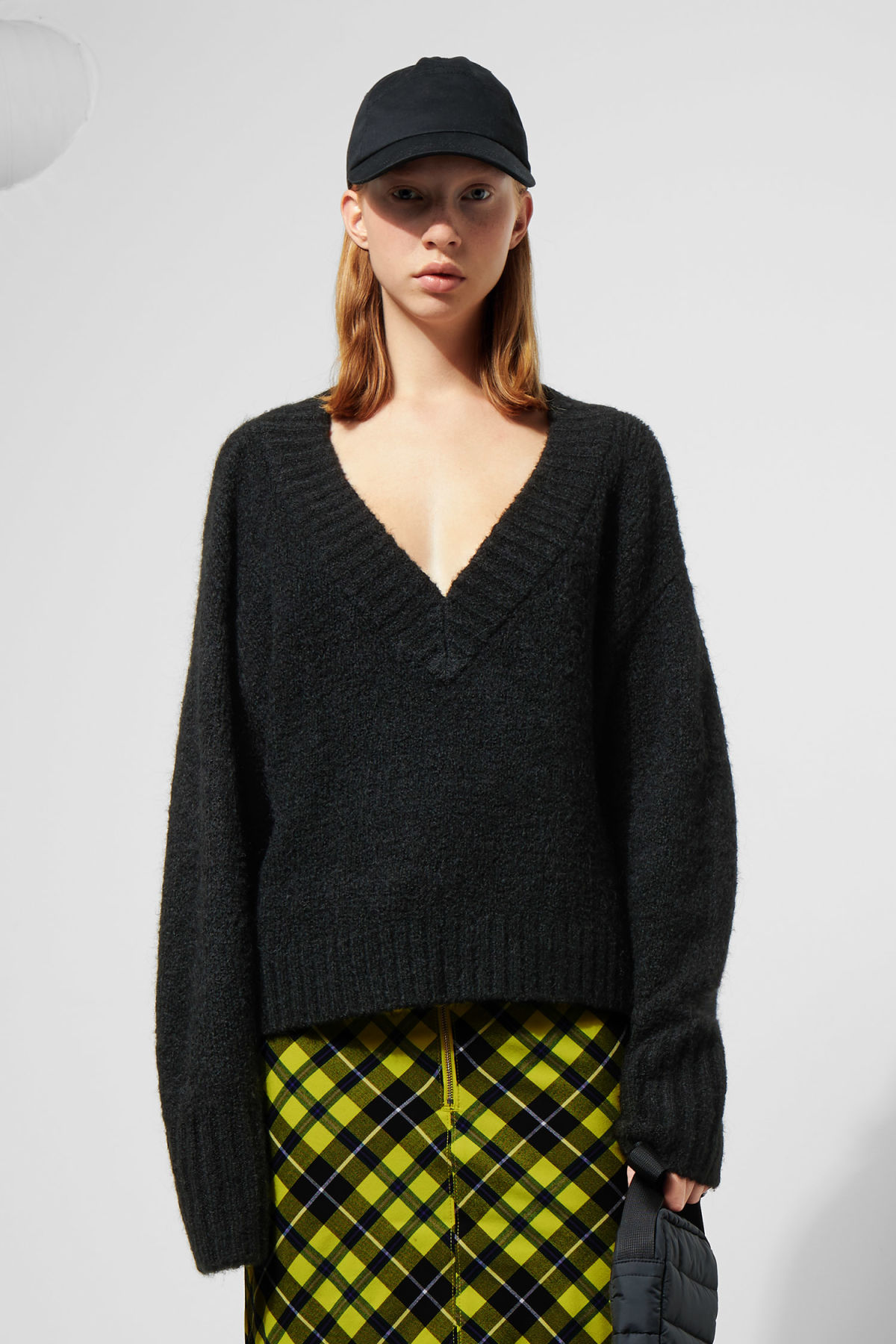 Model front image of Weekday saide v-neck sweater in black