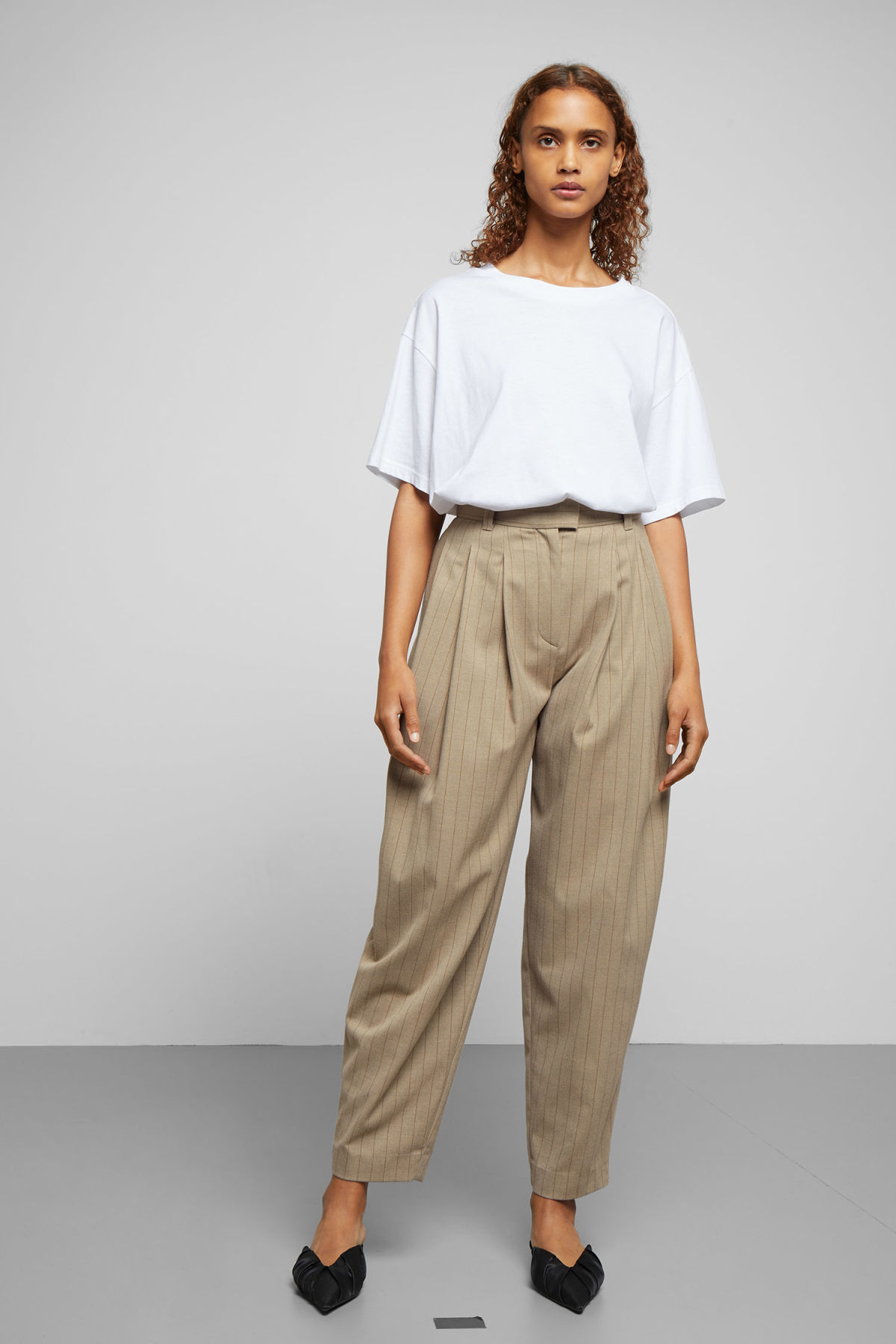 Model front image of Weekday daf trousers in beige