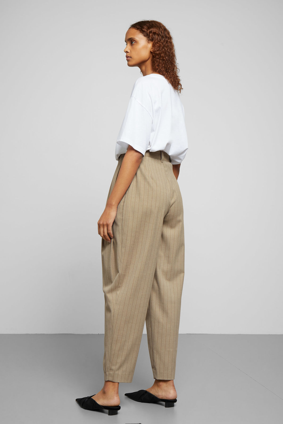 Model back image of Weekday daf trousers in beige