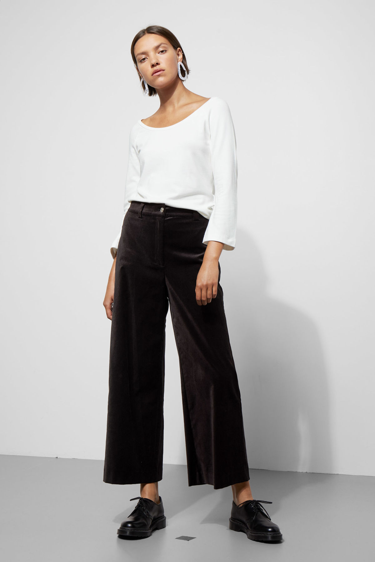 Model front image of Weekday billie trousers in black