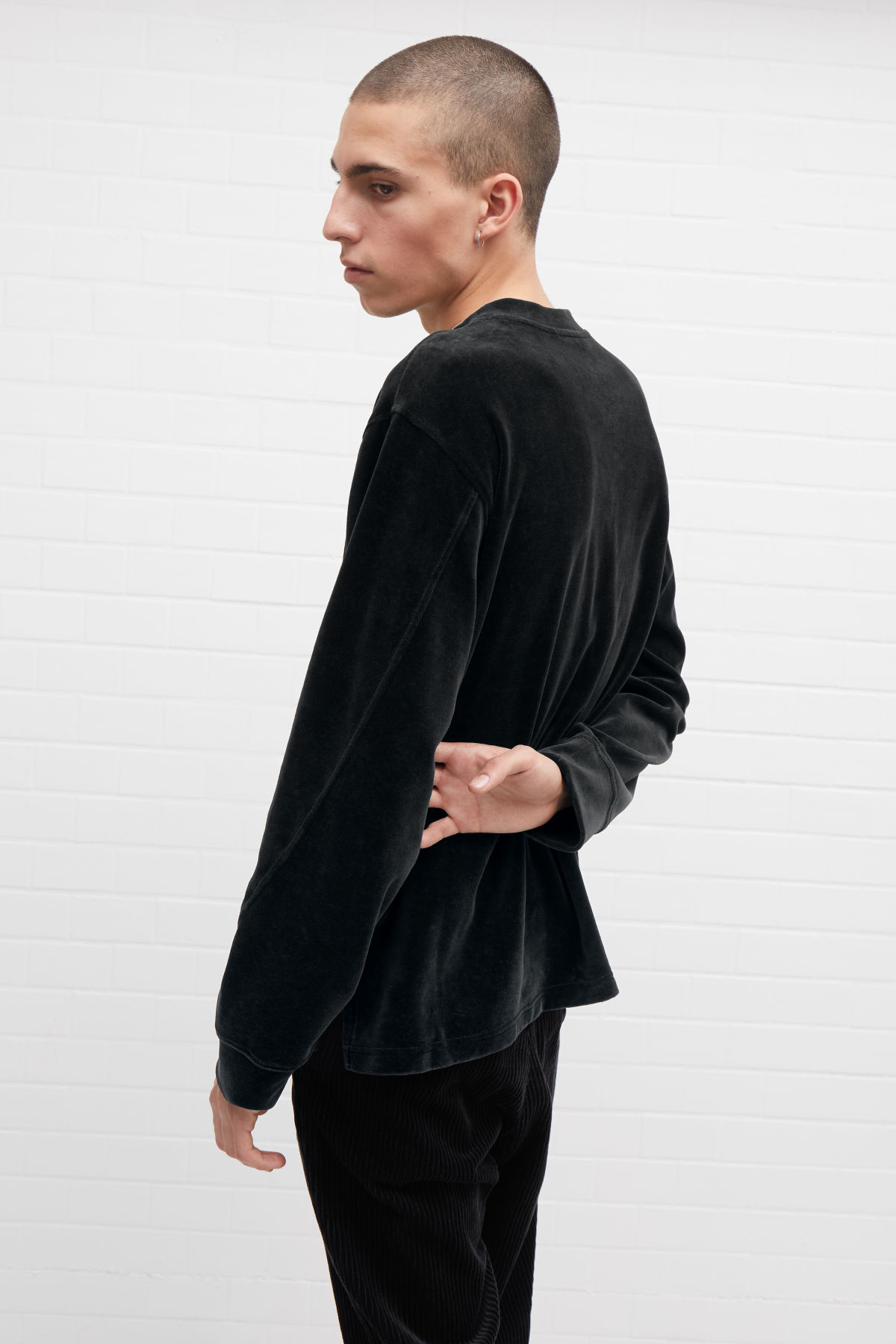 Model front image of Weekday score velvet sweatshirt in black
