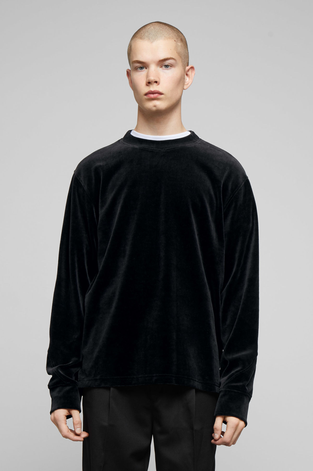 Model back image of Weekday score velvet sweatshirt in black