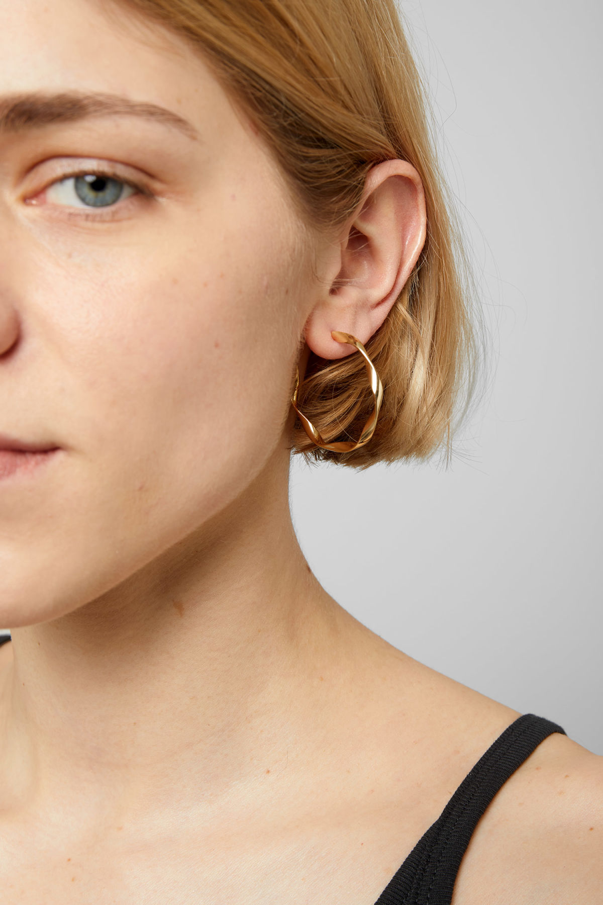Model front image of Weekday coco mid hoop earrings in gold