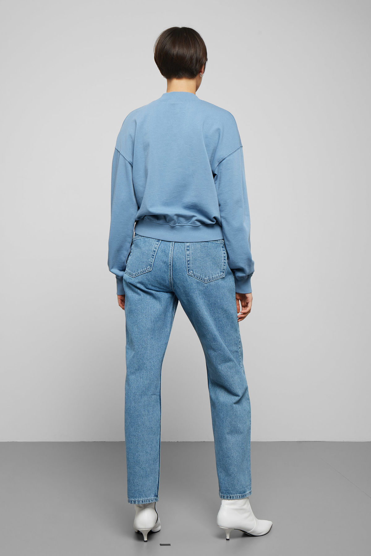 Model back image of Weekday gaida sweatshirt in blue