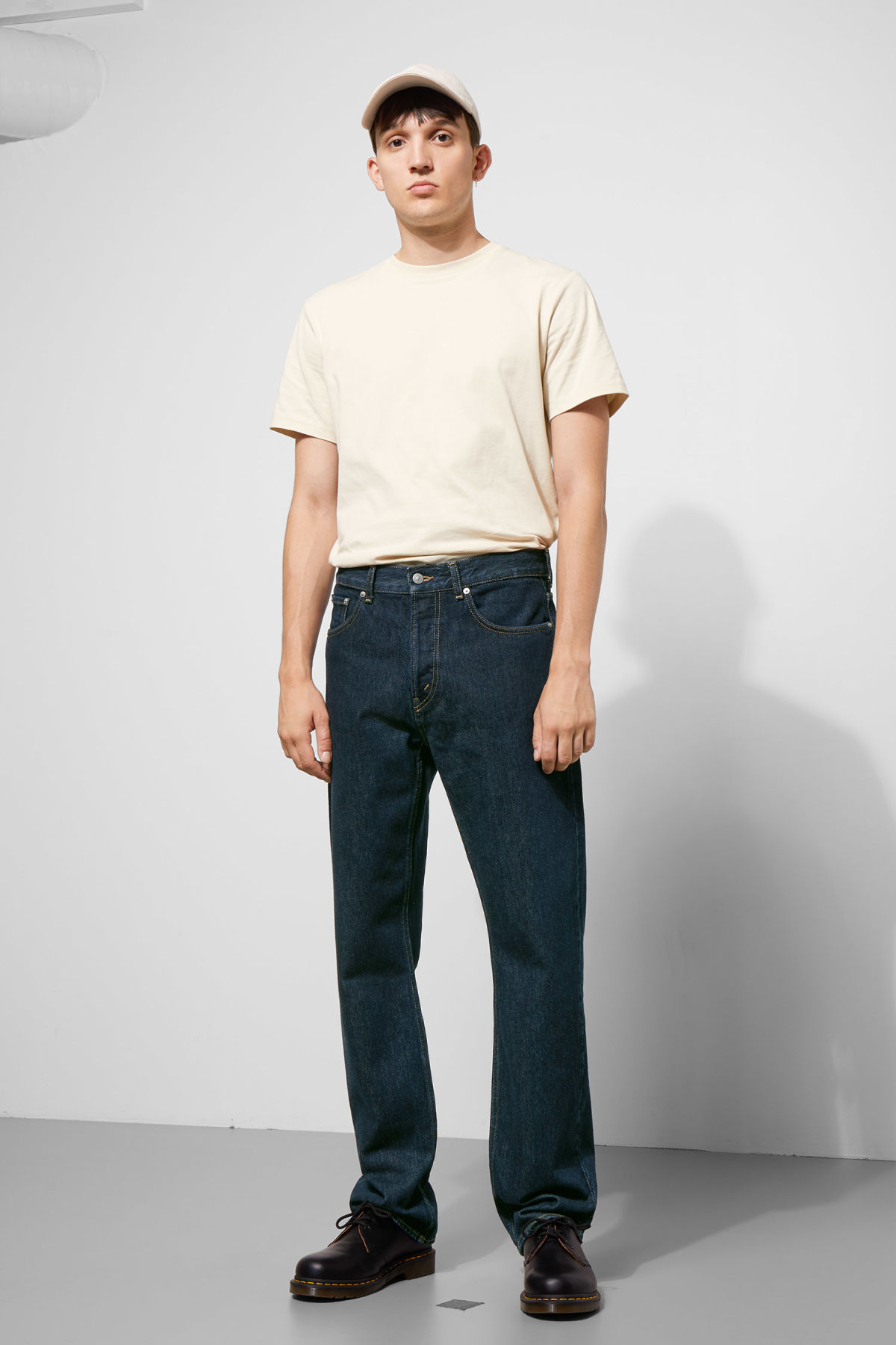 Model front image of Weekday lane rinsed jeans in blue