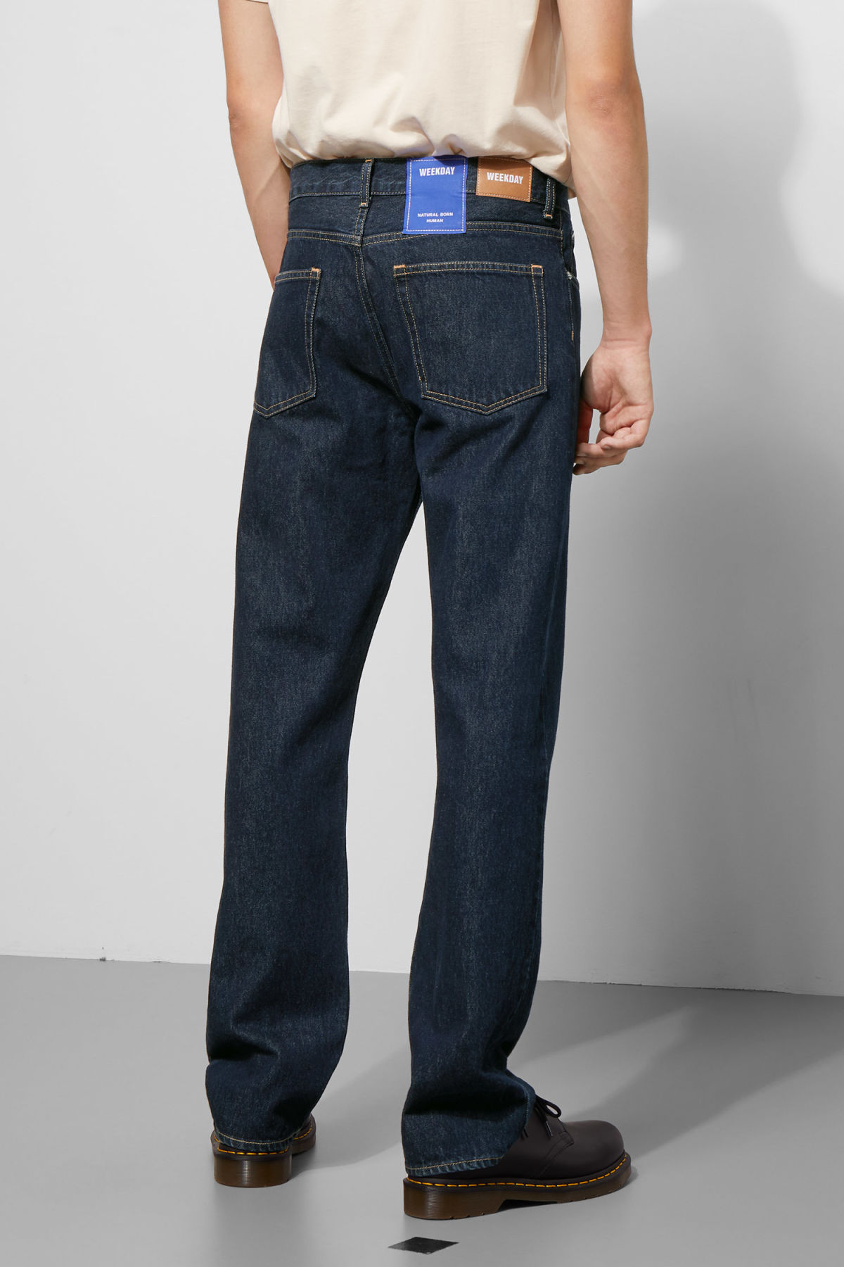 Model back image of Weekday lane rinsed jeans in blue
