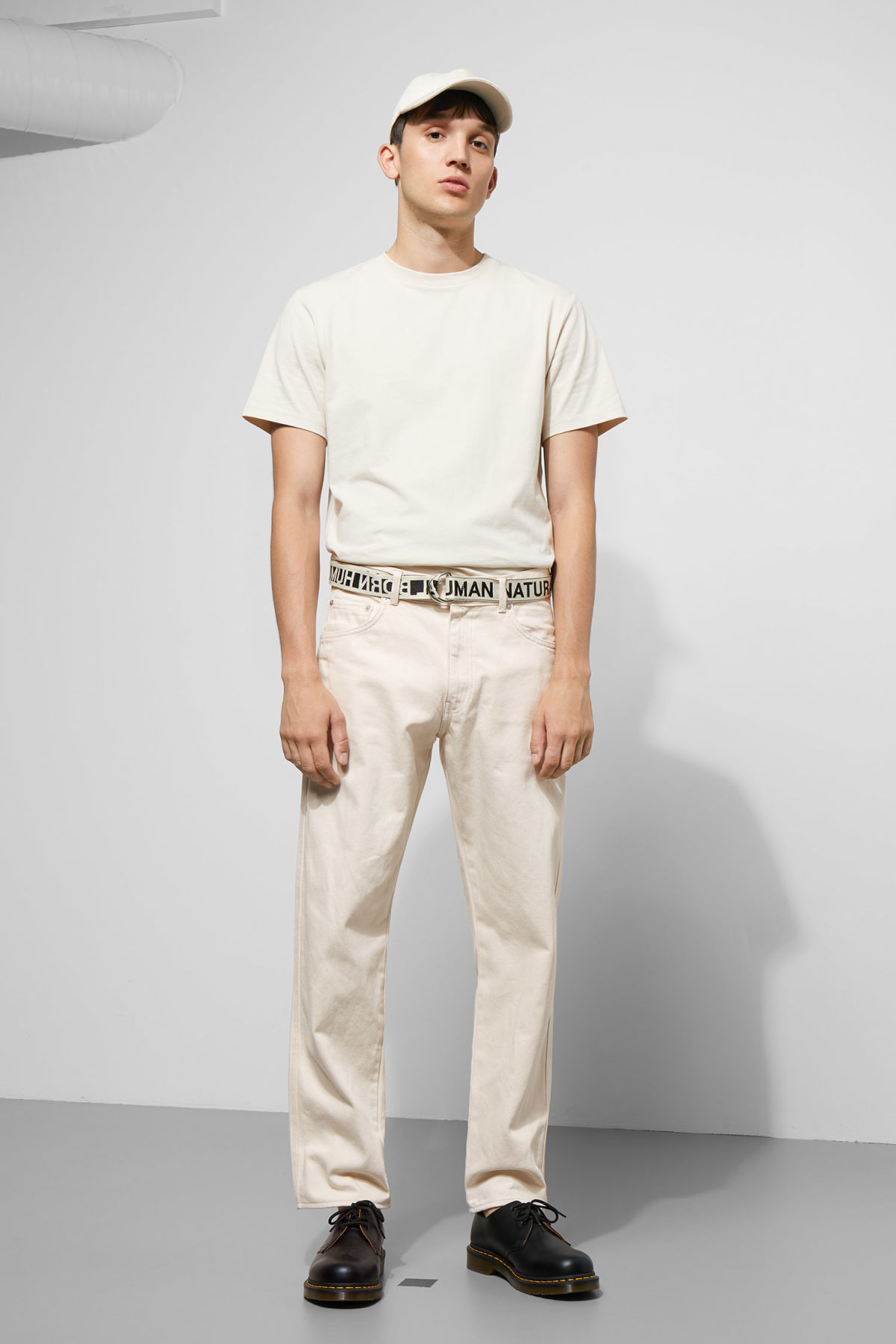 Model front image of Weekday tennesse ecru denim trousers in beige