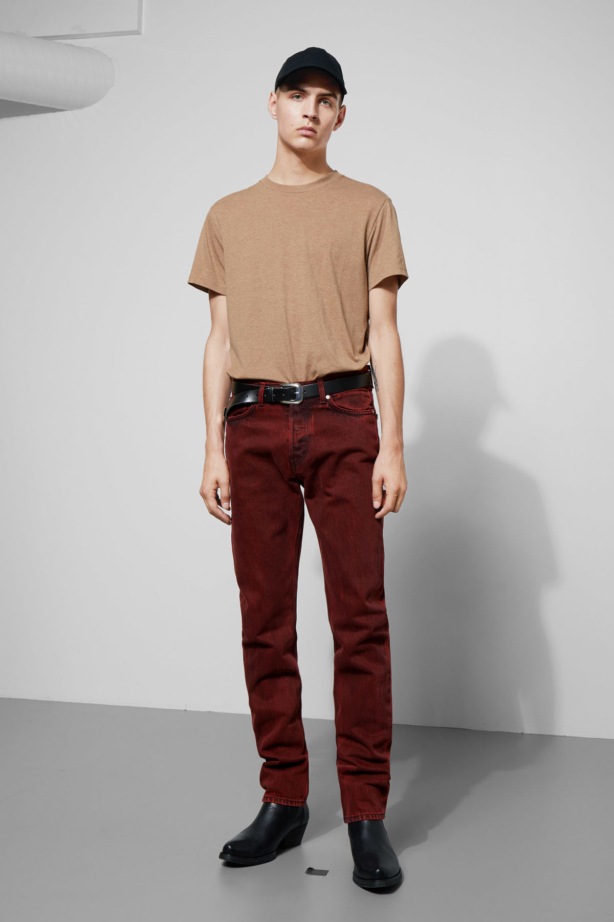 Model front image of Weekday vacant rosewood jeans in red