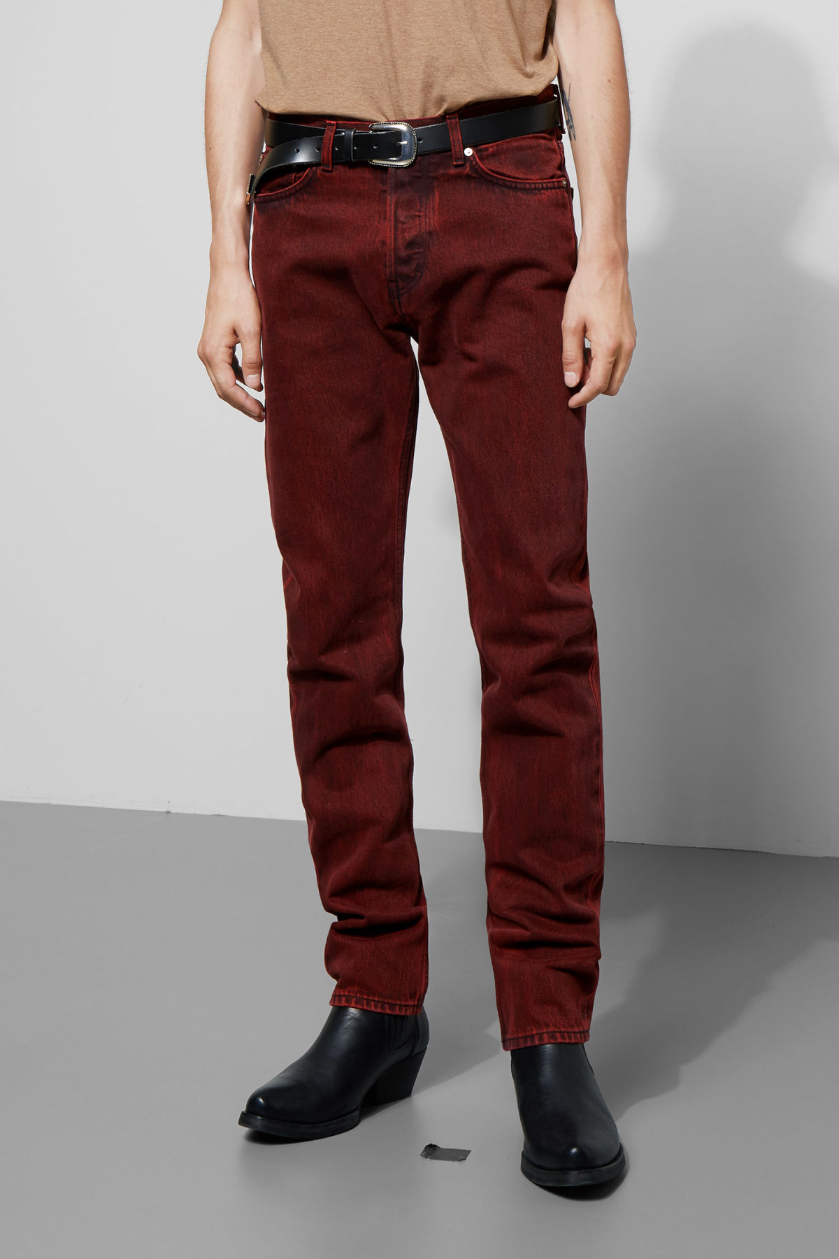 Model side image of Weekday vacant rosewood jeans in red