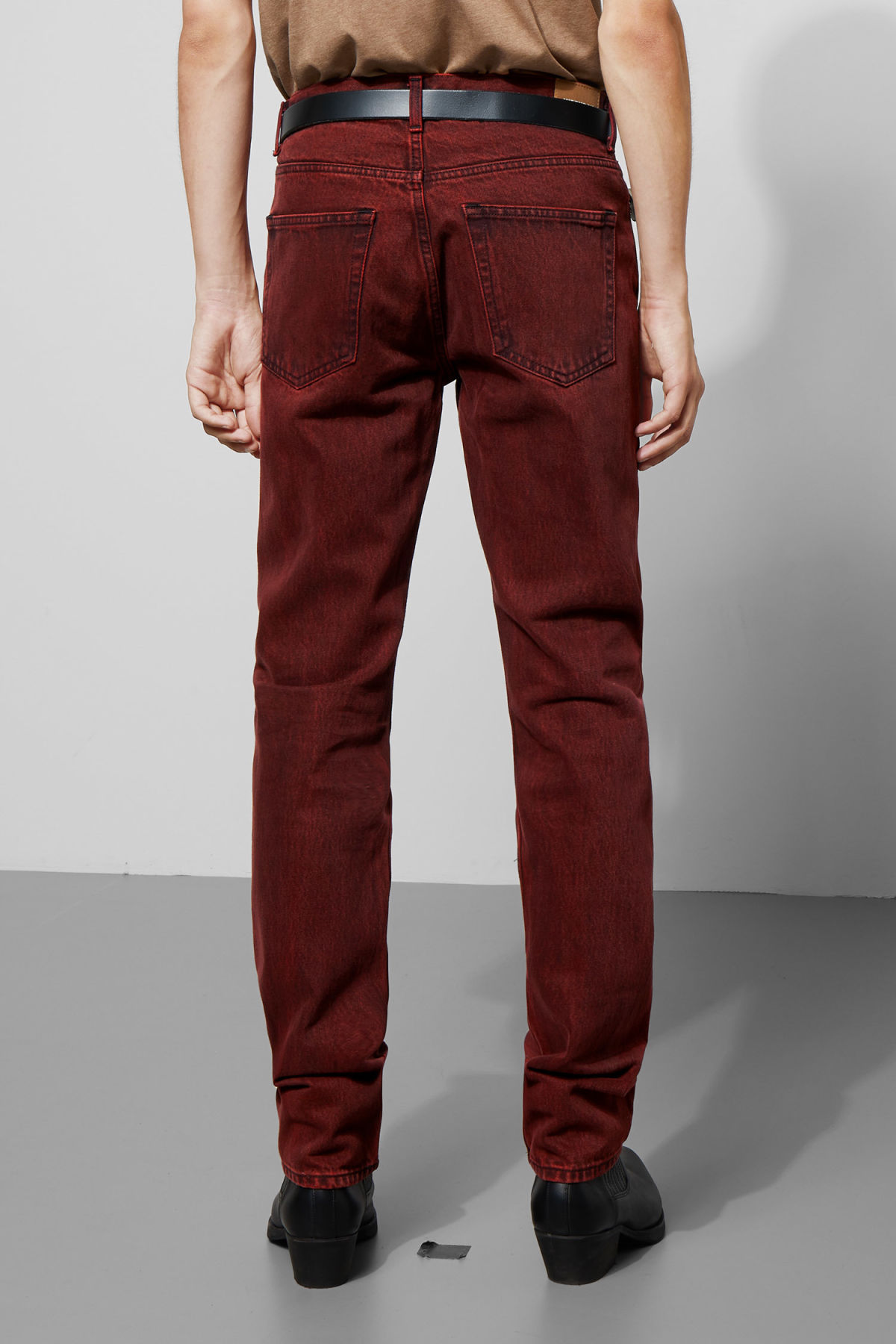 Model back image of Weekday vacant rosewood jeans in red