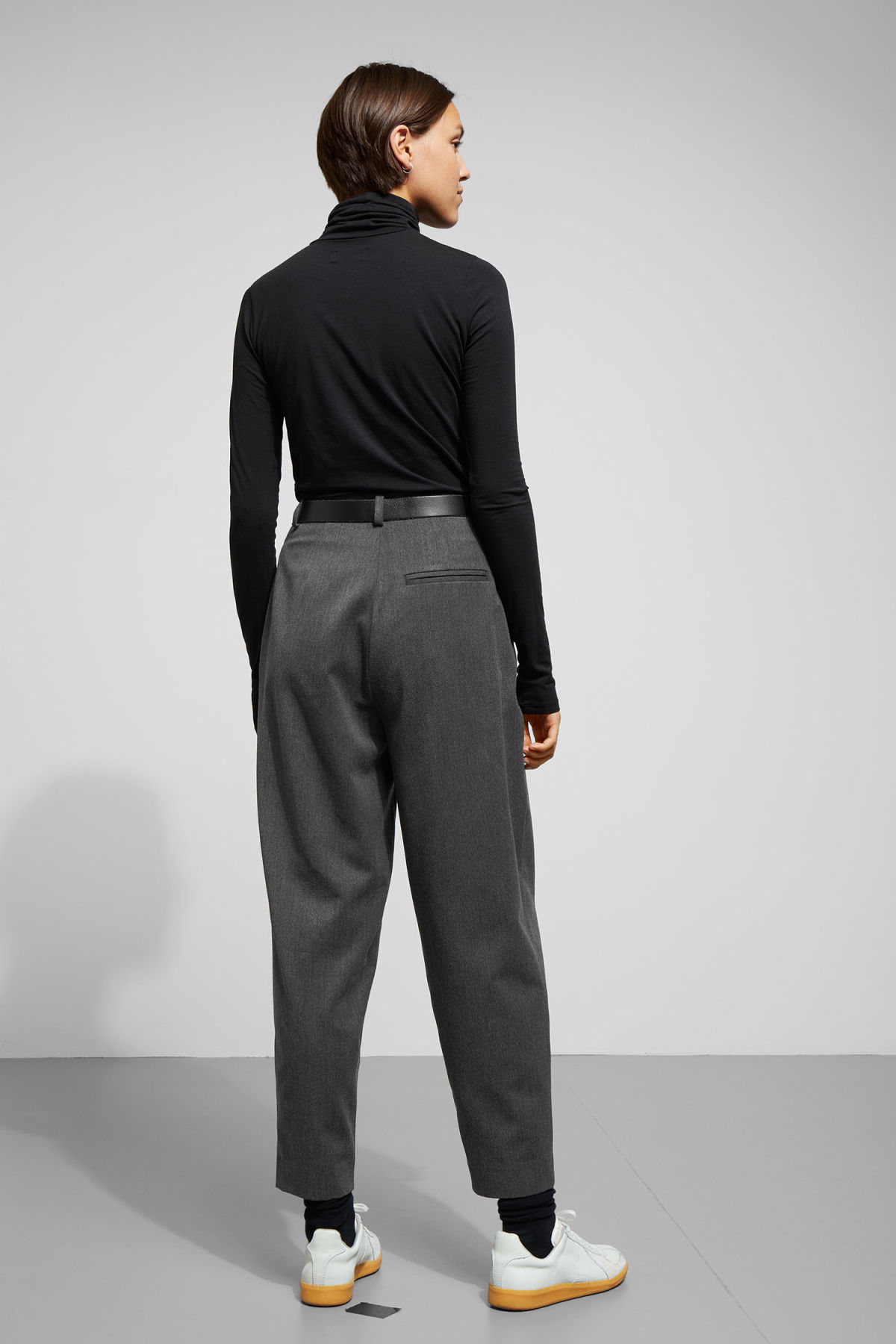 Model back image of Weekday arena trousers in grey