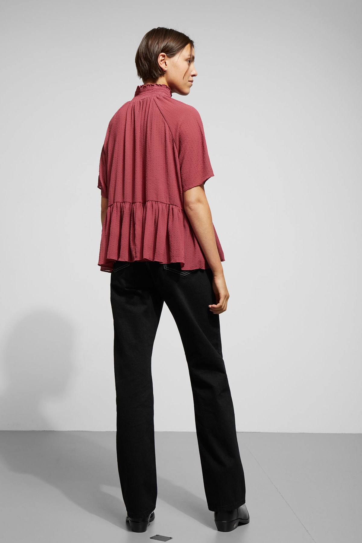 Model back image of Weekday garden blouse in red