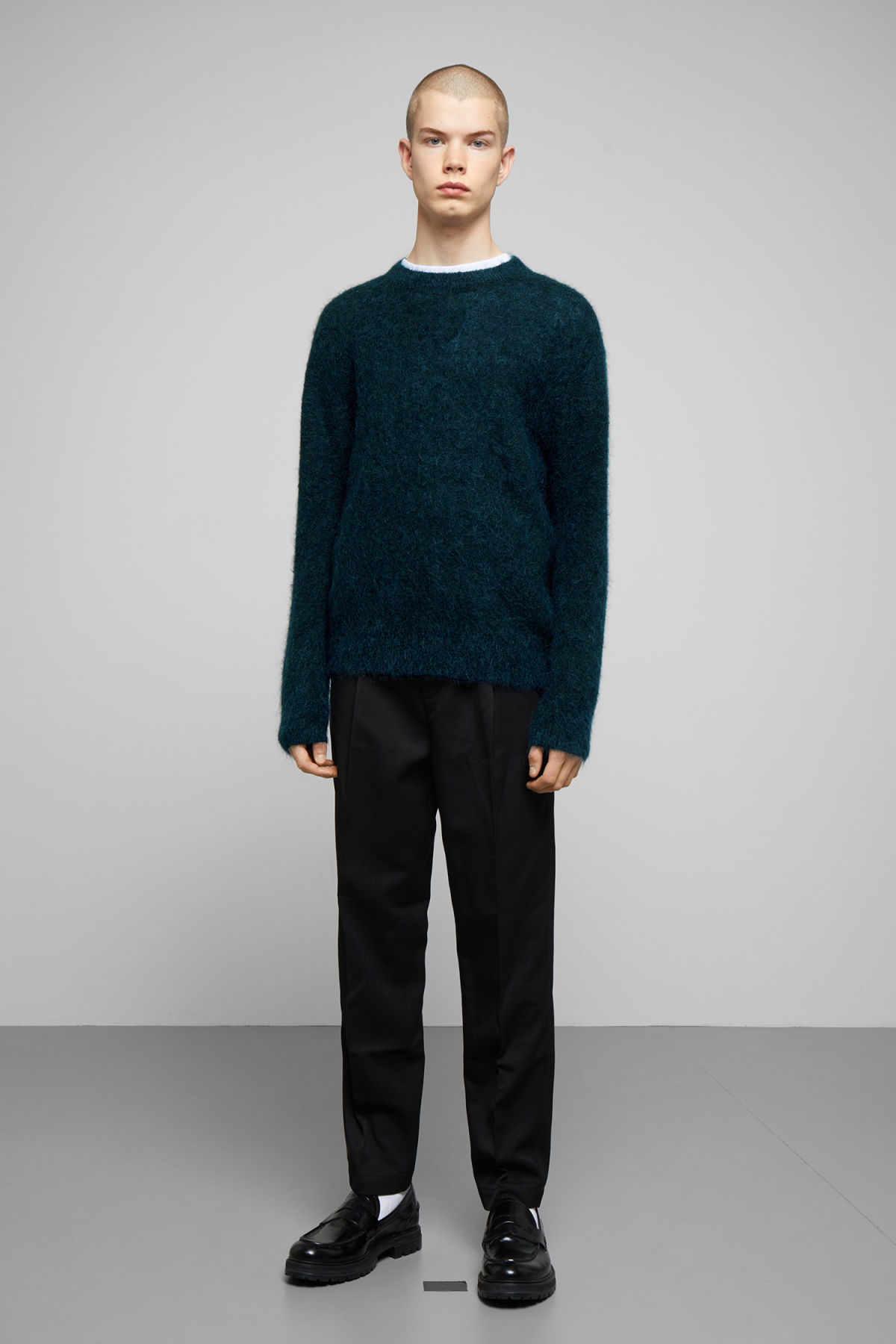 Model side image of Weekday harry sweater in blue
