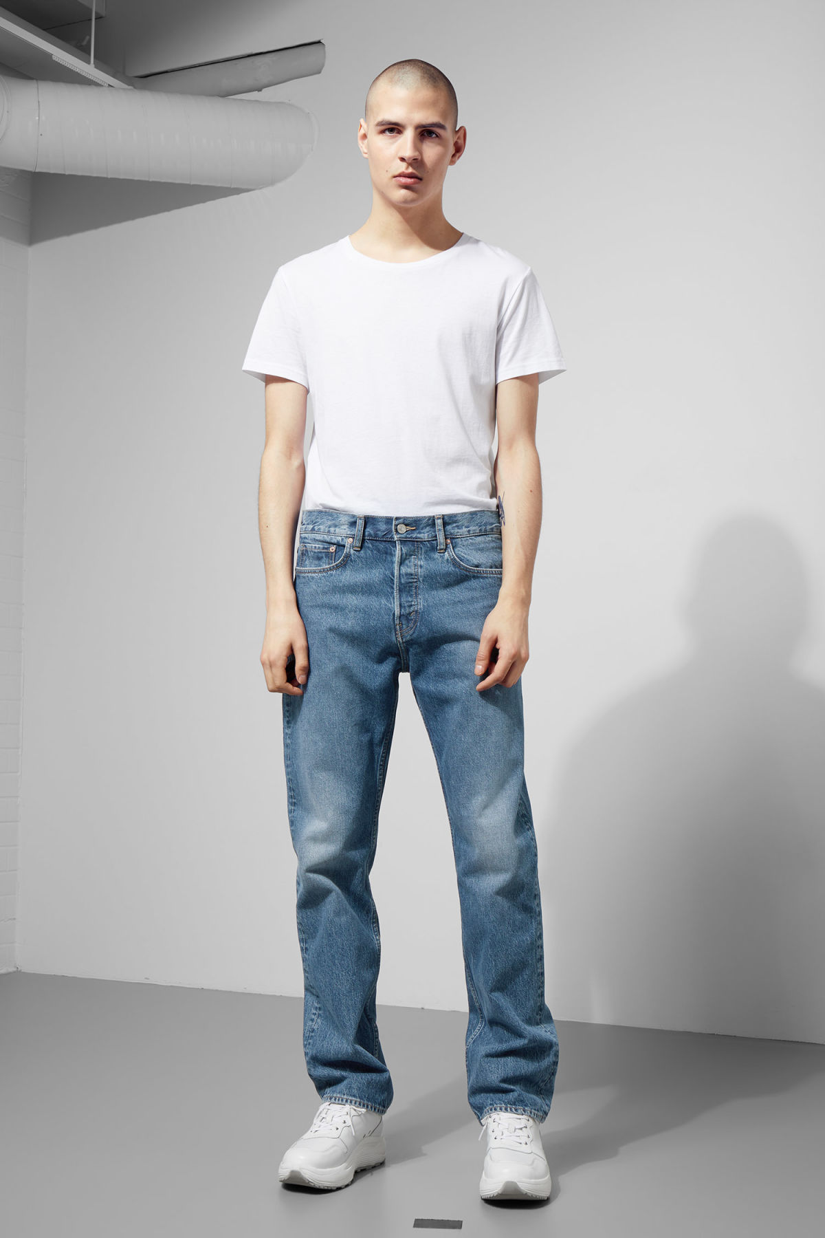 Model front image of Weekday lane lee blue jeans  in blue