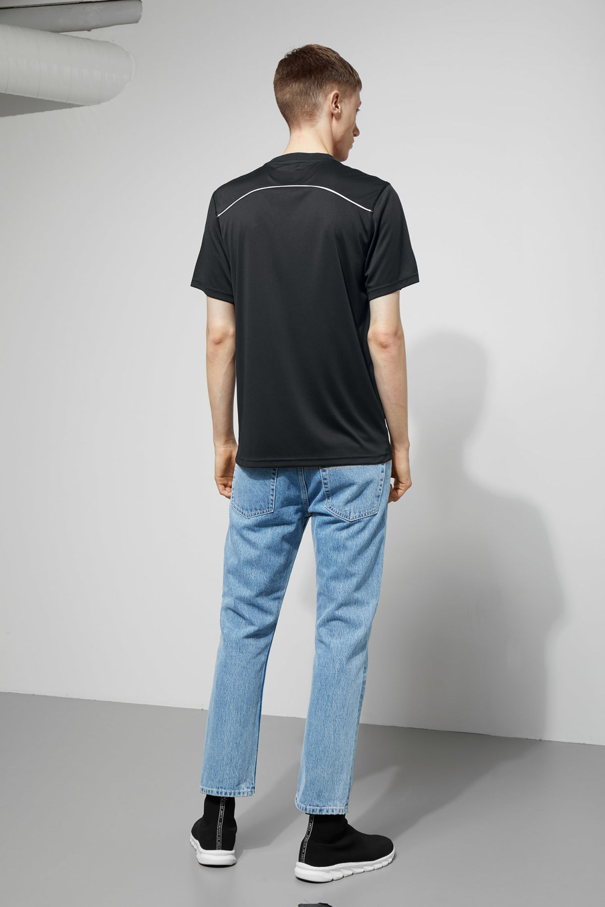 Model back image of Weekday noto tee in black