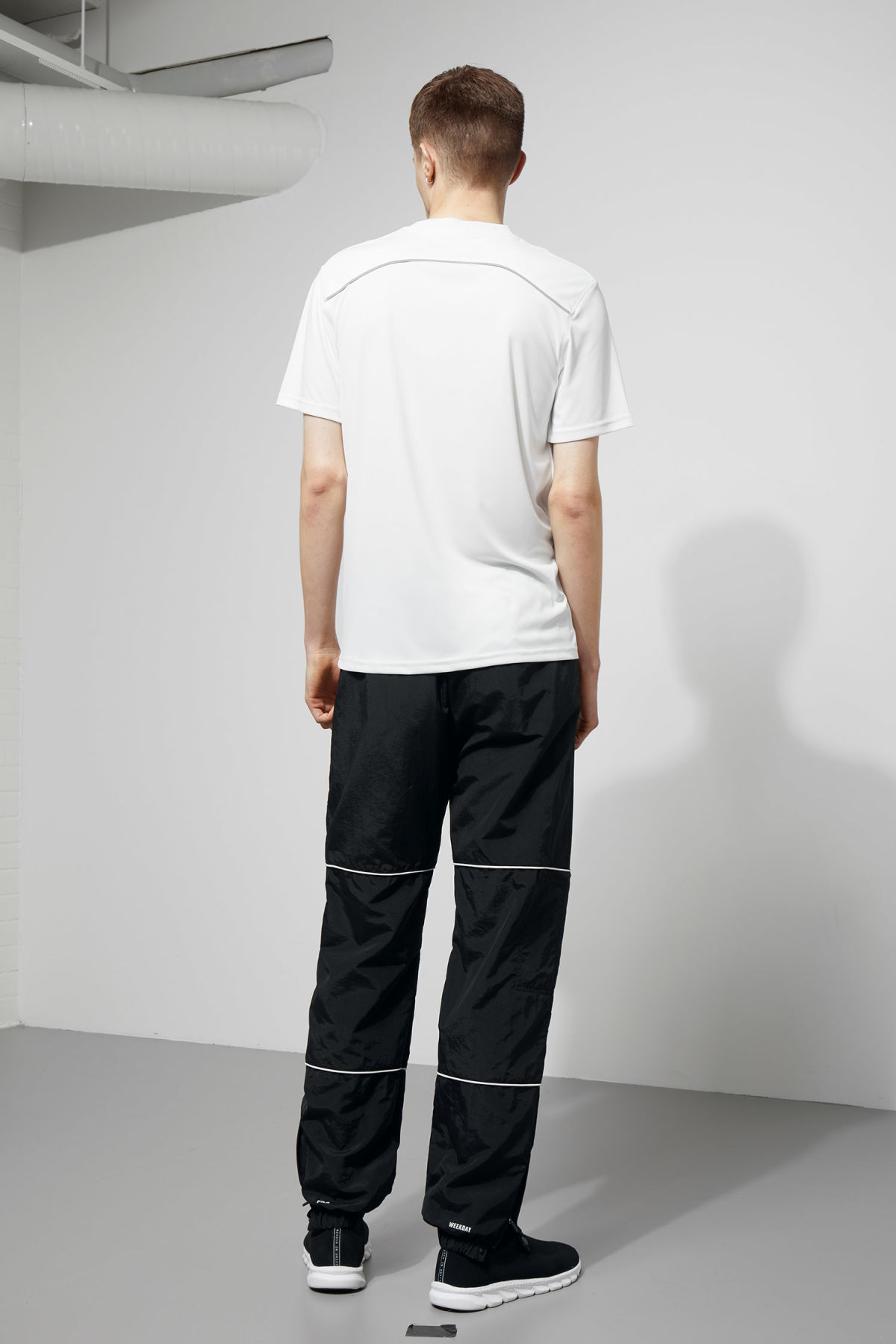 Model back image of Weekday noto tee in white