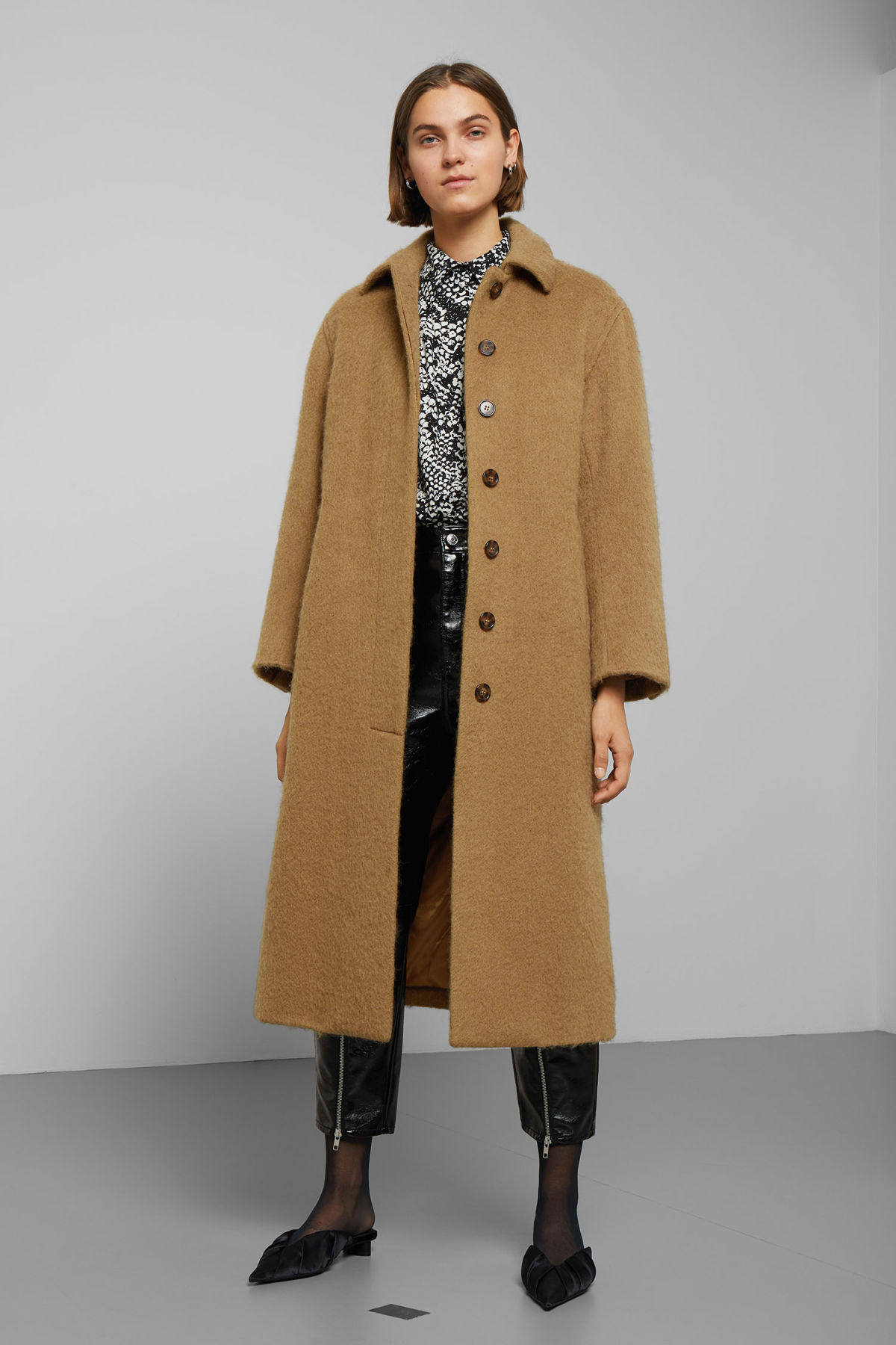 Model front image of Weekday zoe coat in beige