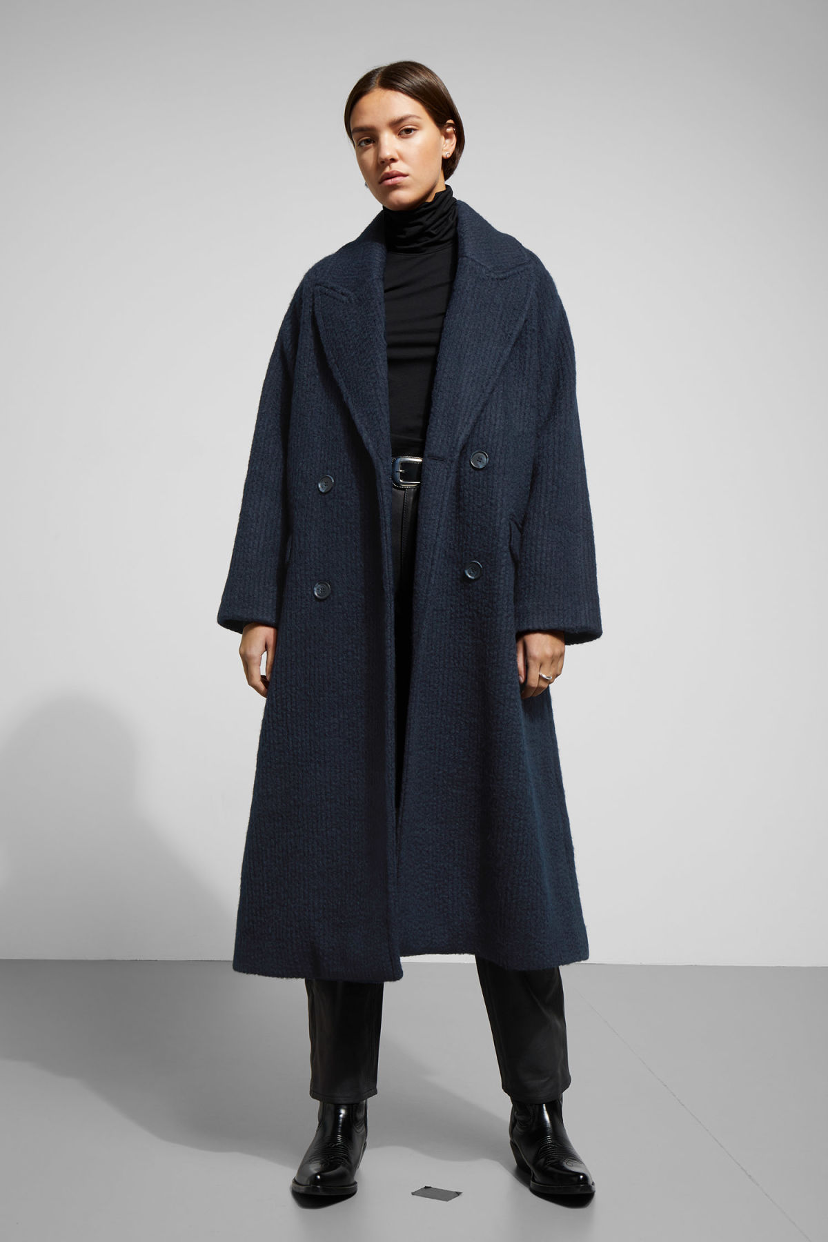 Model front image of Weekday chenda coat in blue