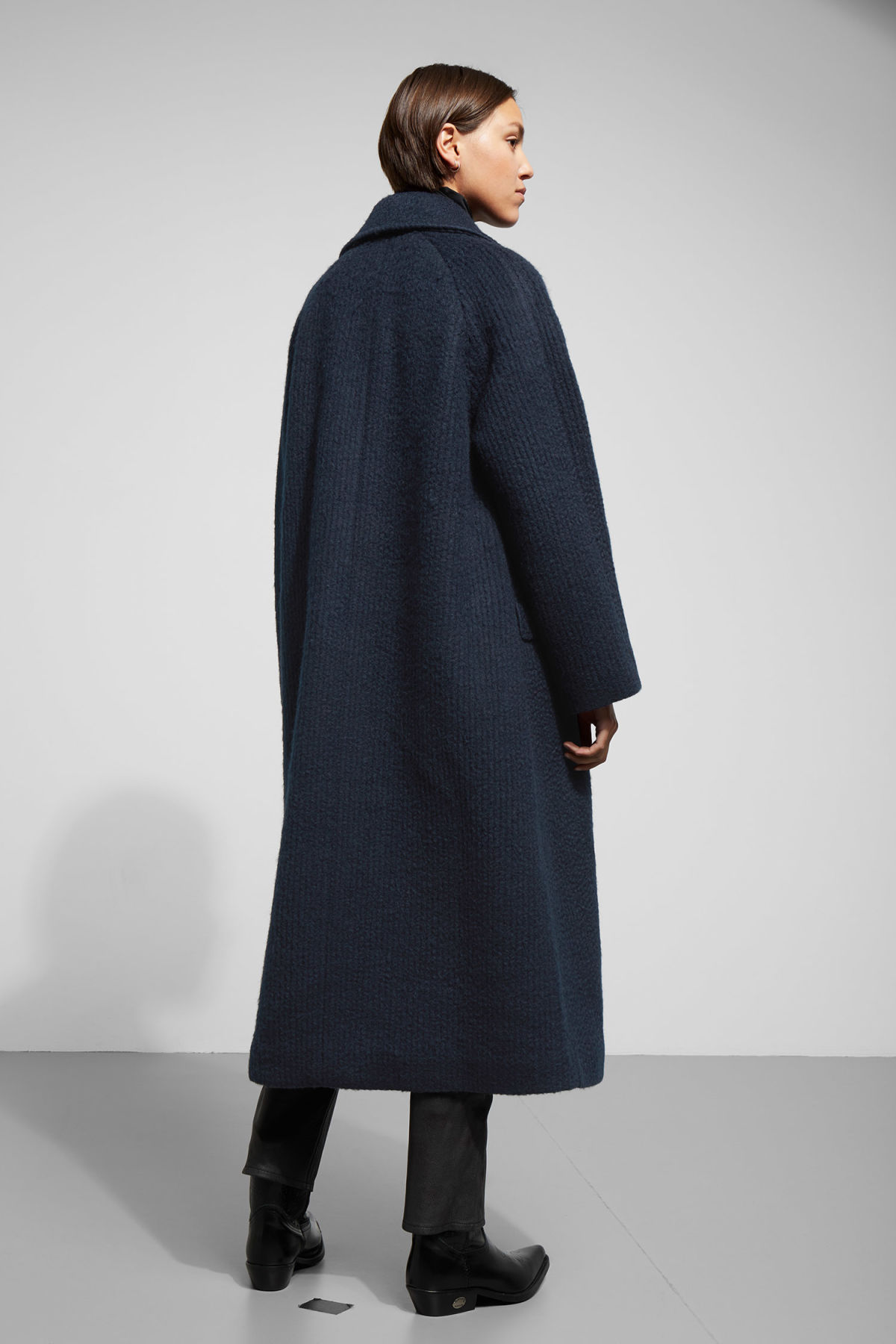 Model back image of Weekday chenda coat in blue