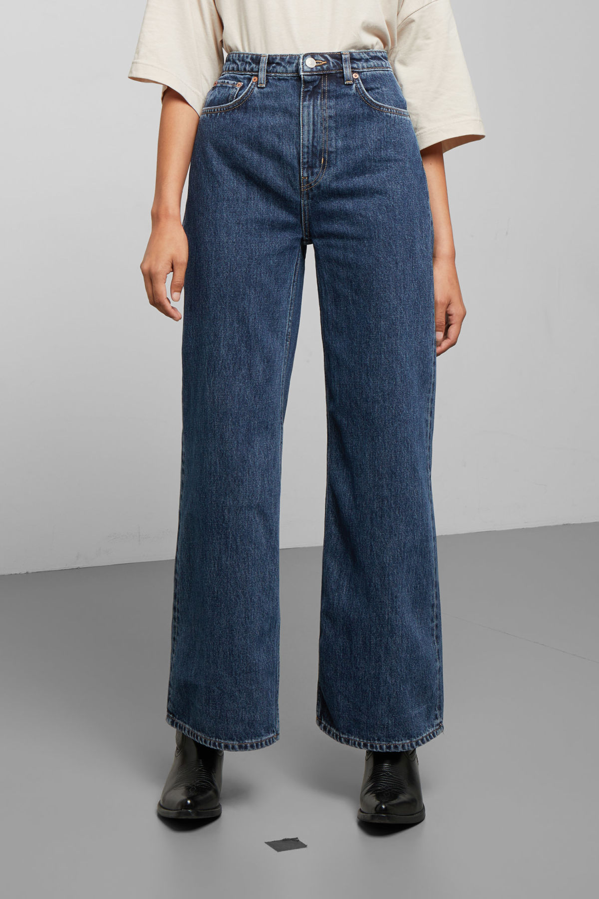 Model side image of Weekday ace ohio blue jeans in blue