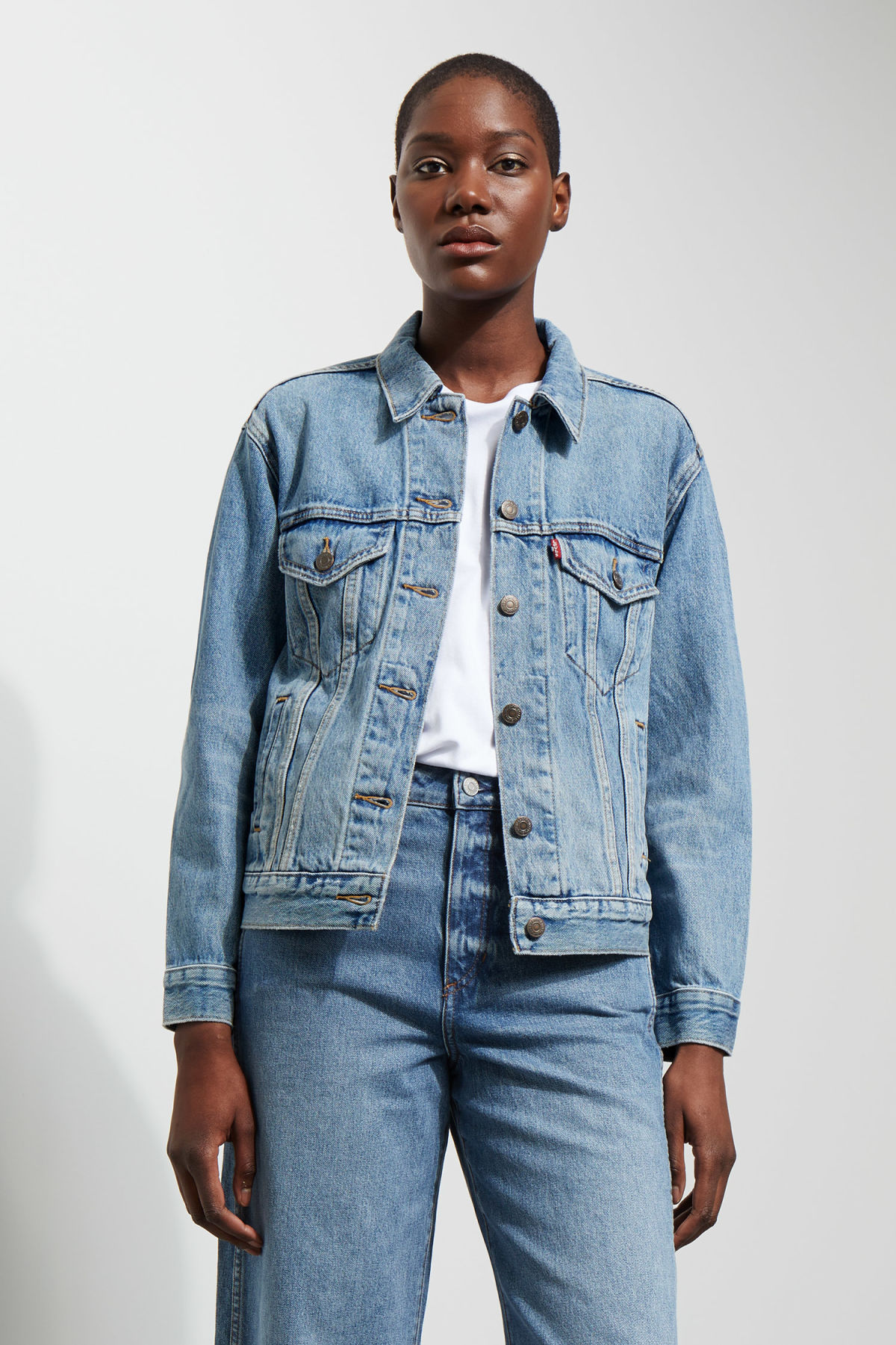 Model front image of Weekday ex-boyfriend trucker jacket in blue