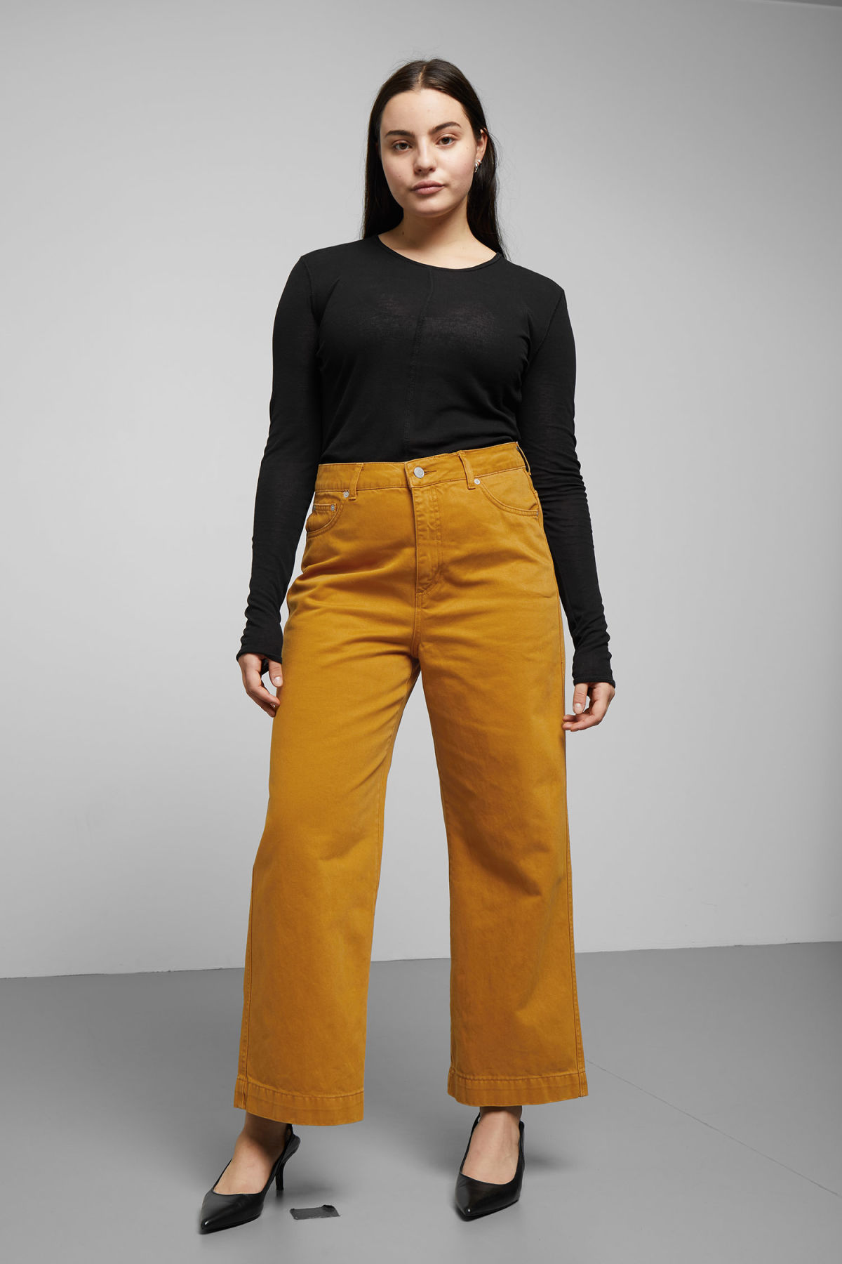 Model front image of Weekday veer occra jeans in yellow