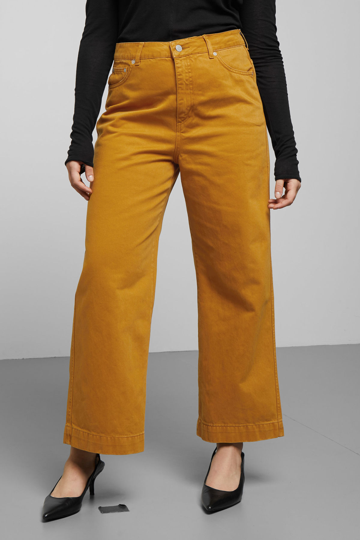 Model side image of Weekday veer occra jeans in yellow