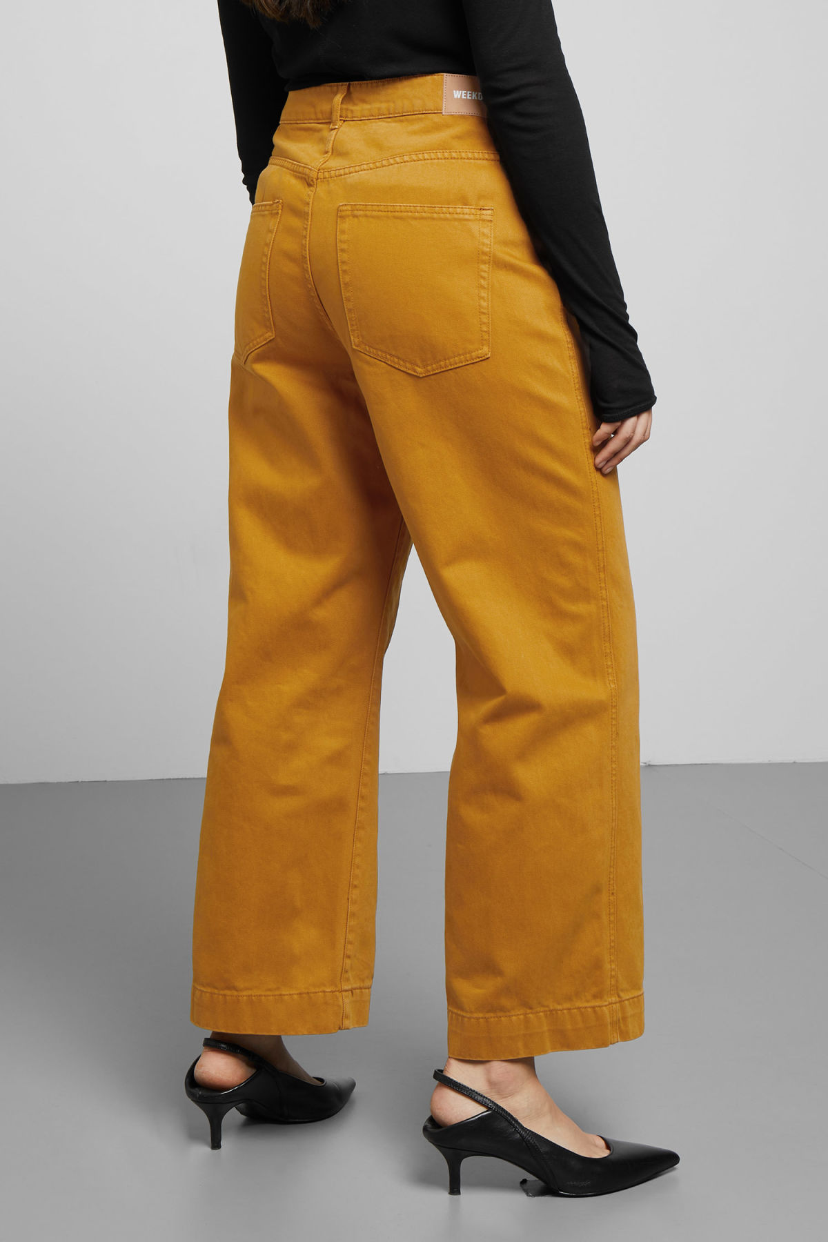 Model back image of Weekday veer occra jeans in yellow