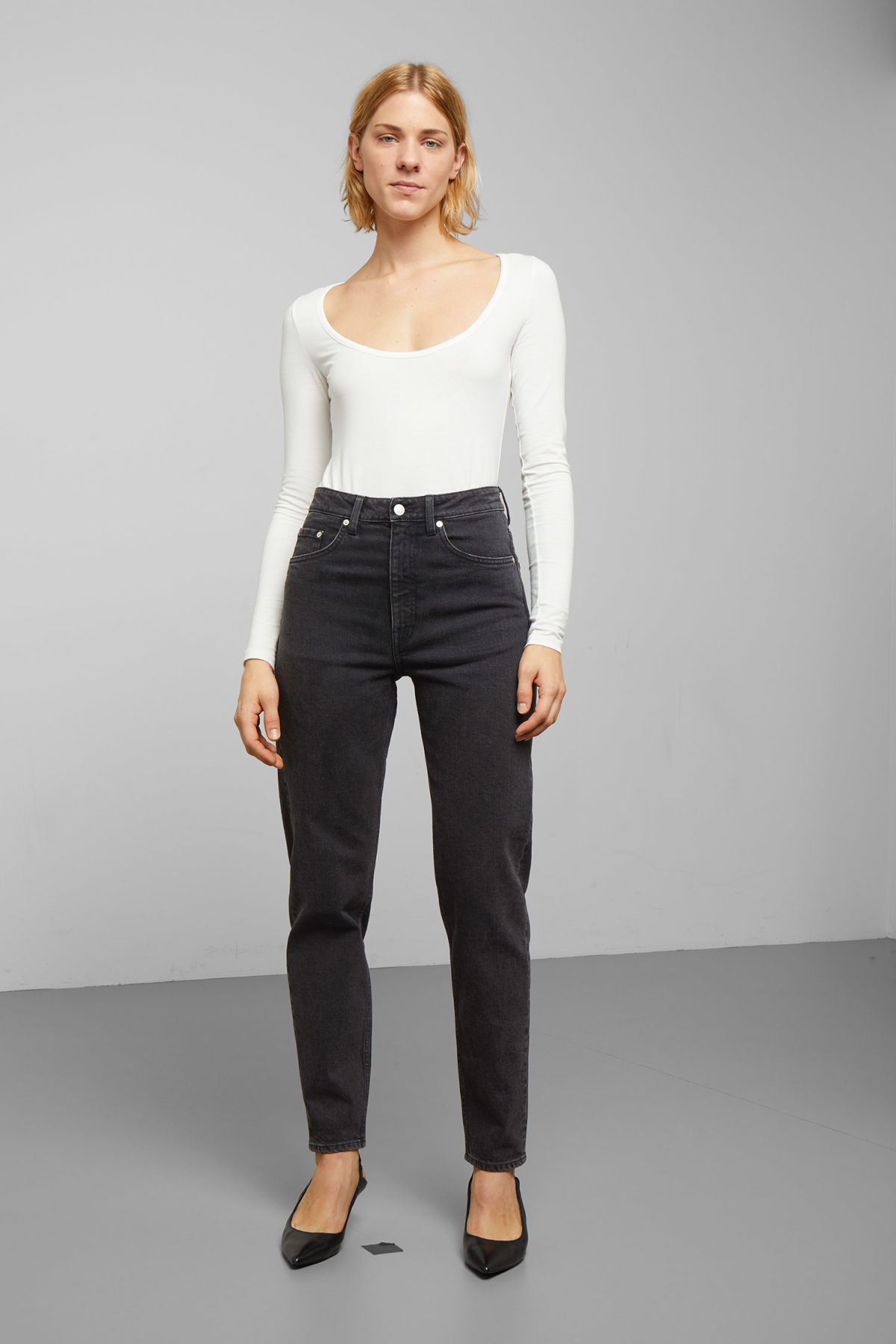 Model front image of Weekday lash echo black jeans in black