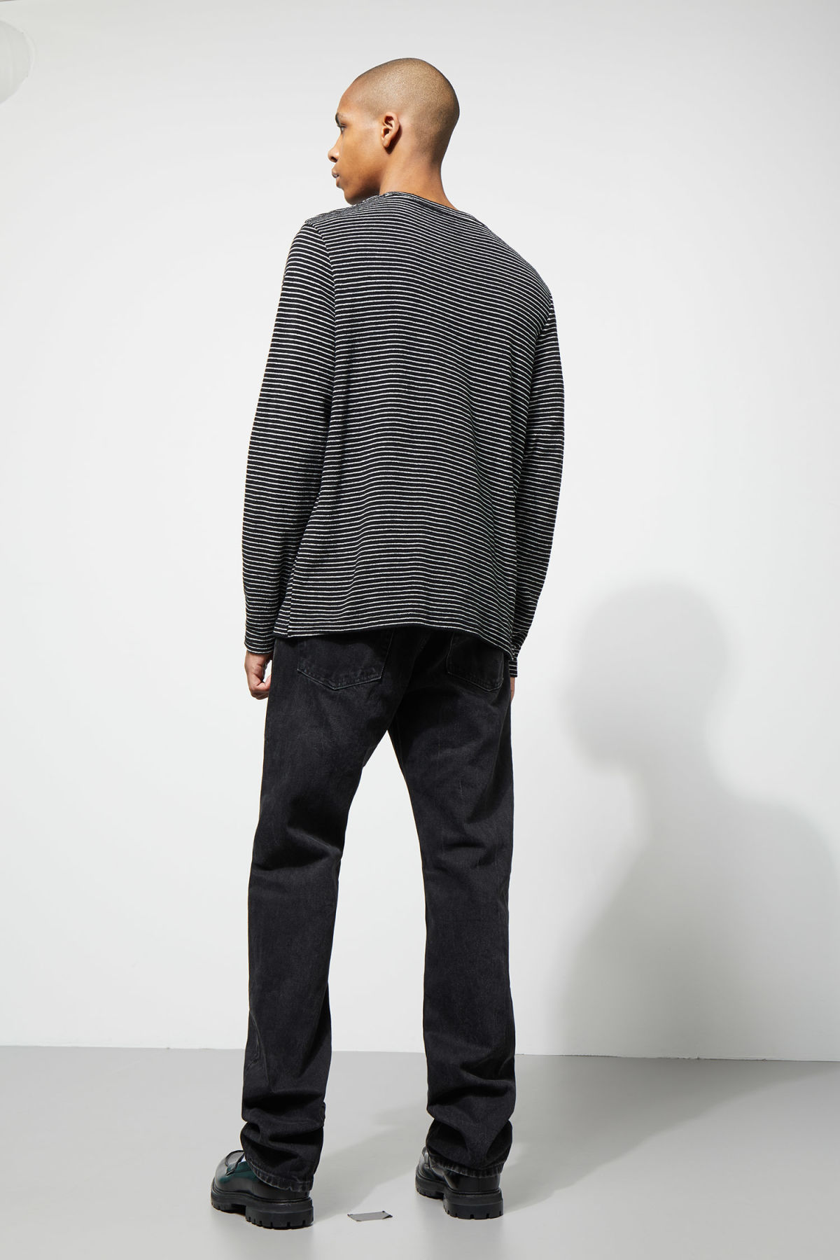 Model back image of Weekday towel stripe long sleeve in black