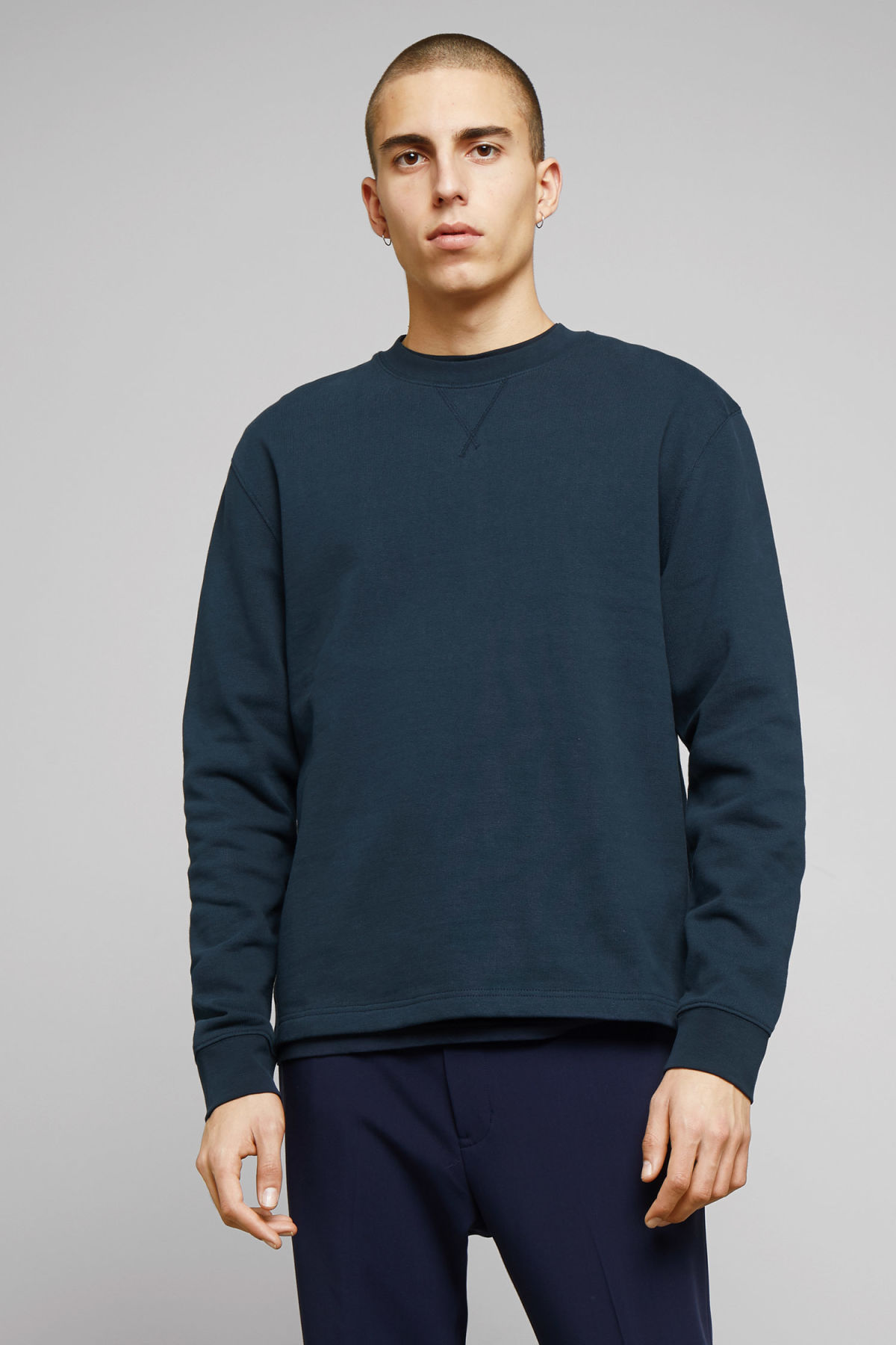 Model front image of Weekday jeffrey sweatshirt in blue
