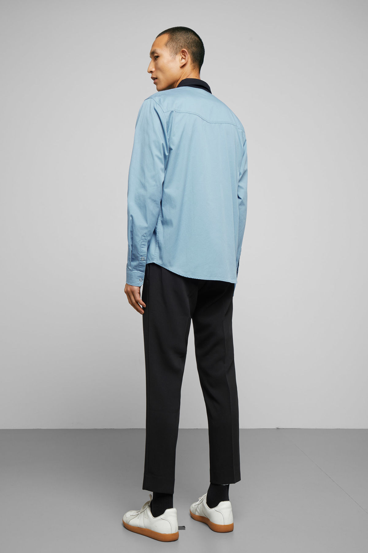 Model back image of Weekday wayne shirt in blue