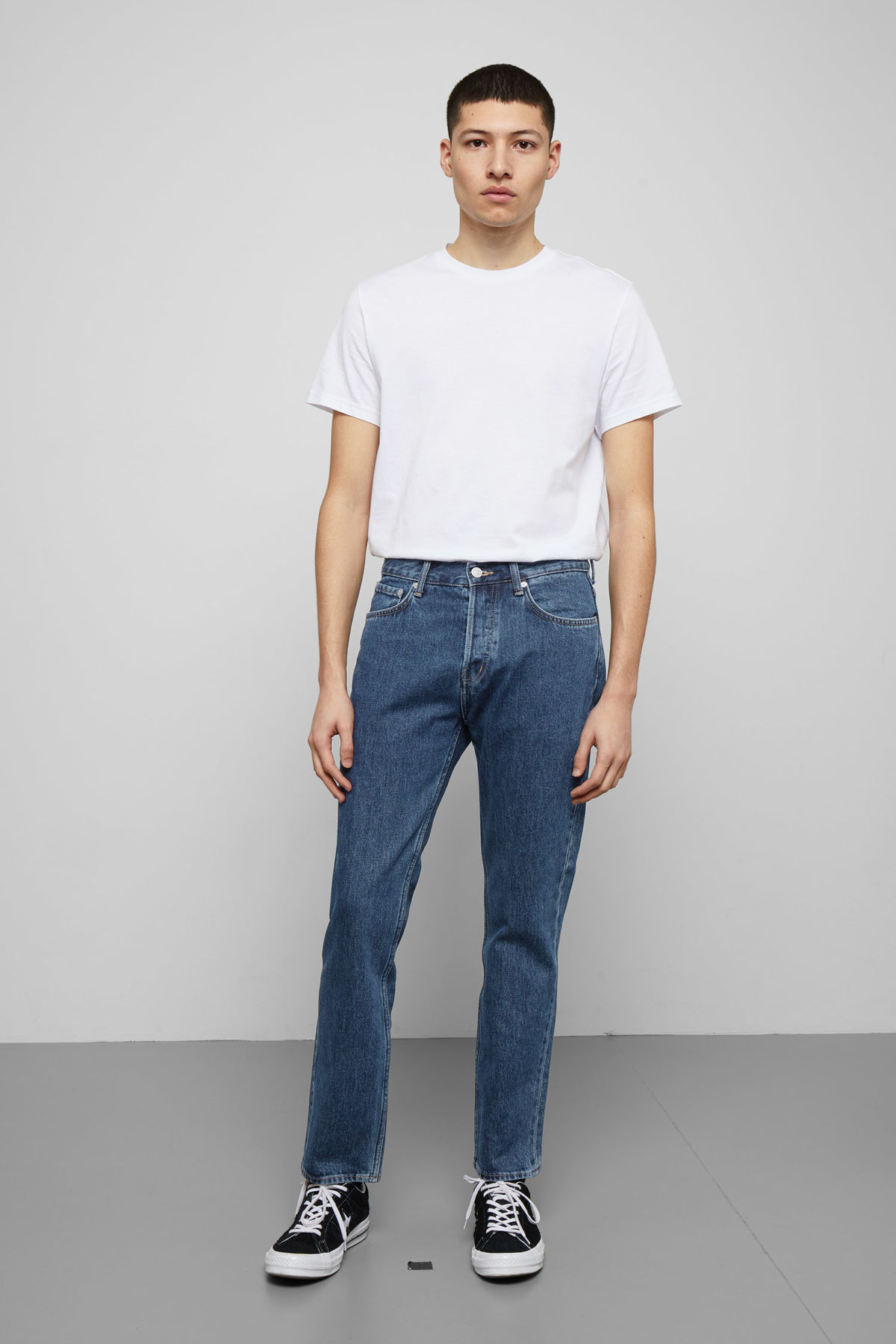 Model front image of Weekday vacant win blue jeans in blue