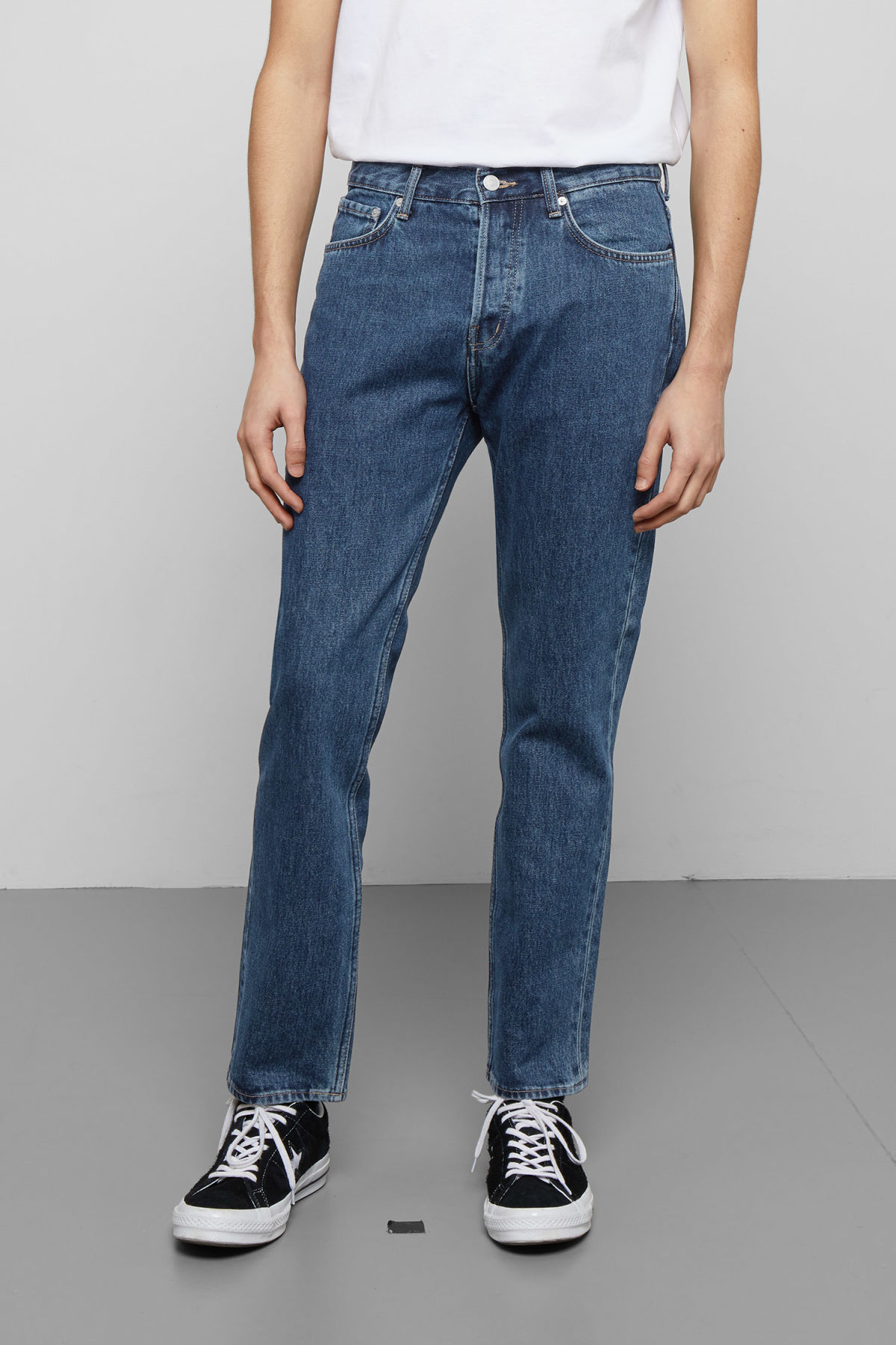 Model side image of Weekday vacant win blue jeans in blue