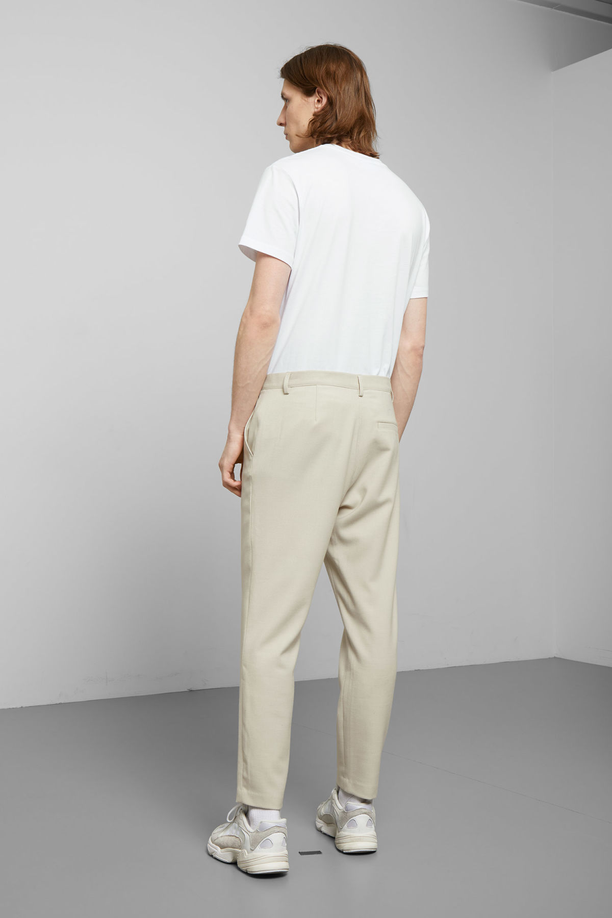 Model back image of Weekday arvid light trousers in beige