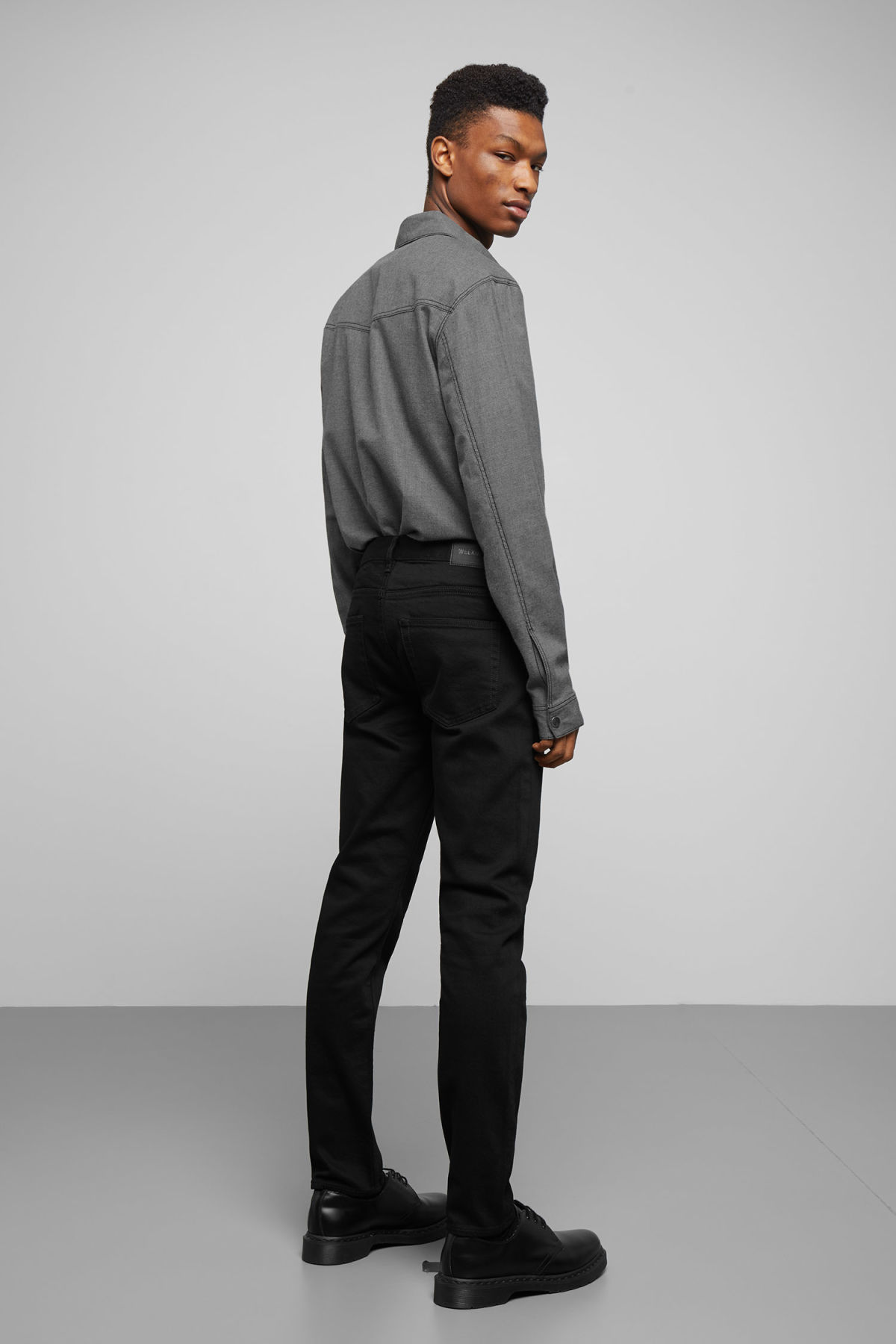 Model back image of Weekday spin shirt in grey