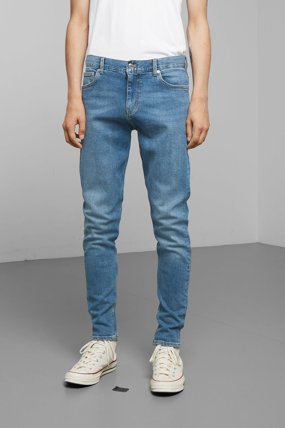 Model back image of Weekday cone marfa blue jeans in blue