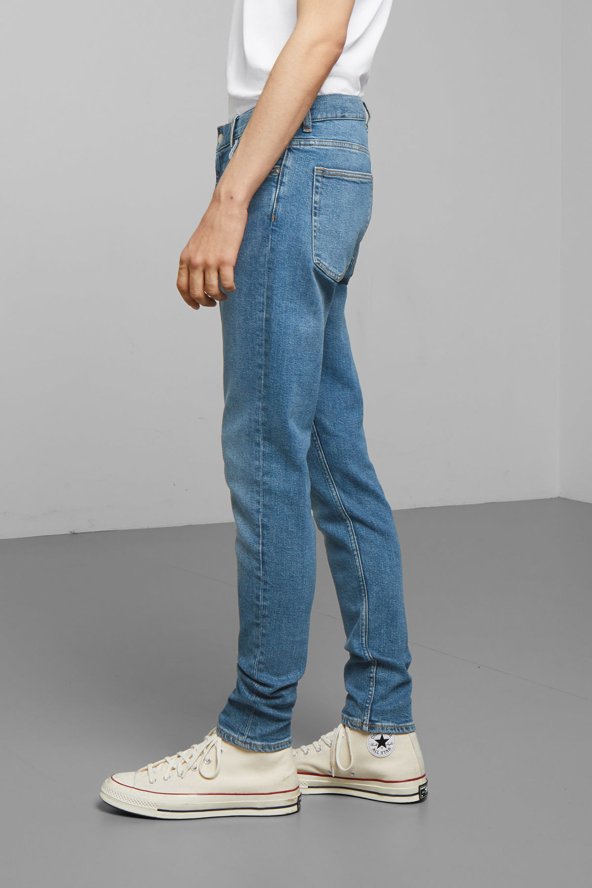 Model side image of Weekday cone marfa blue jeans in blue